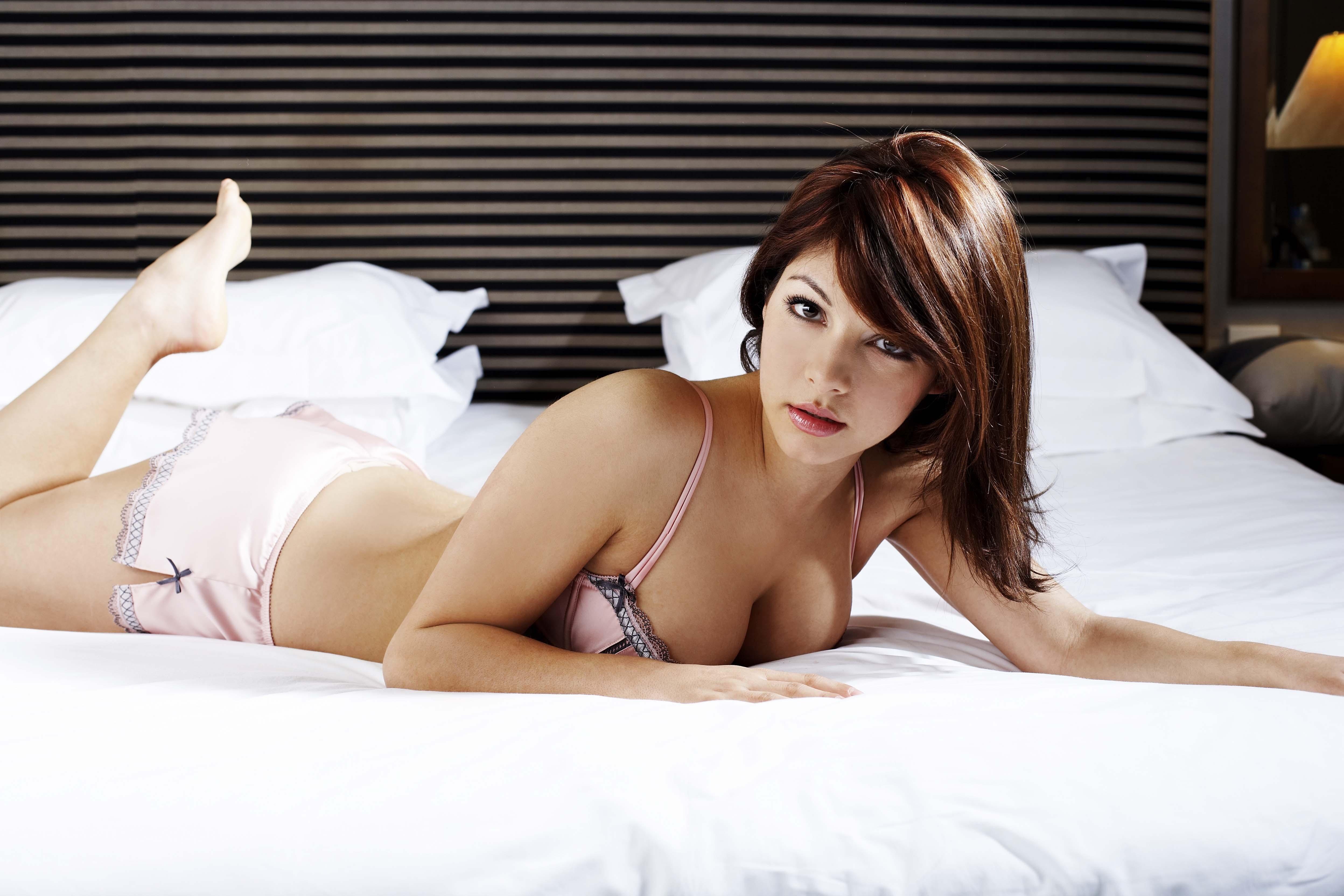 Сексуальная девочка на кровати 9 фотография