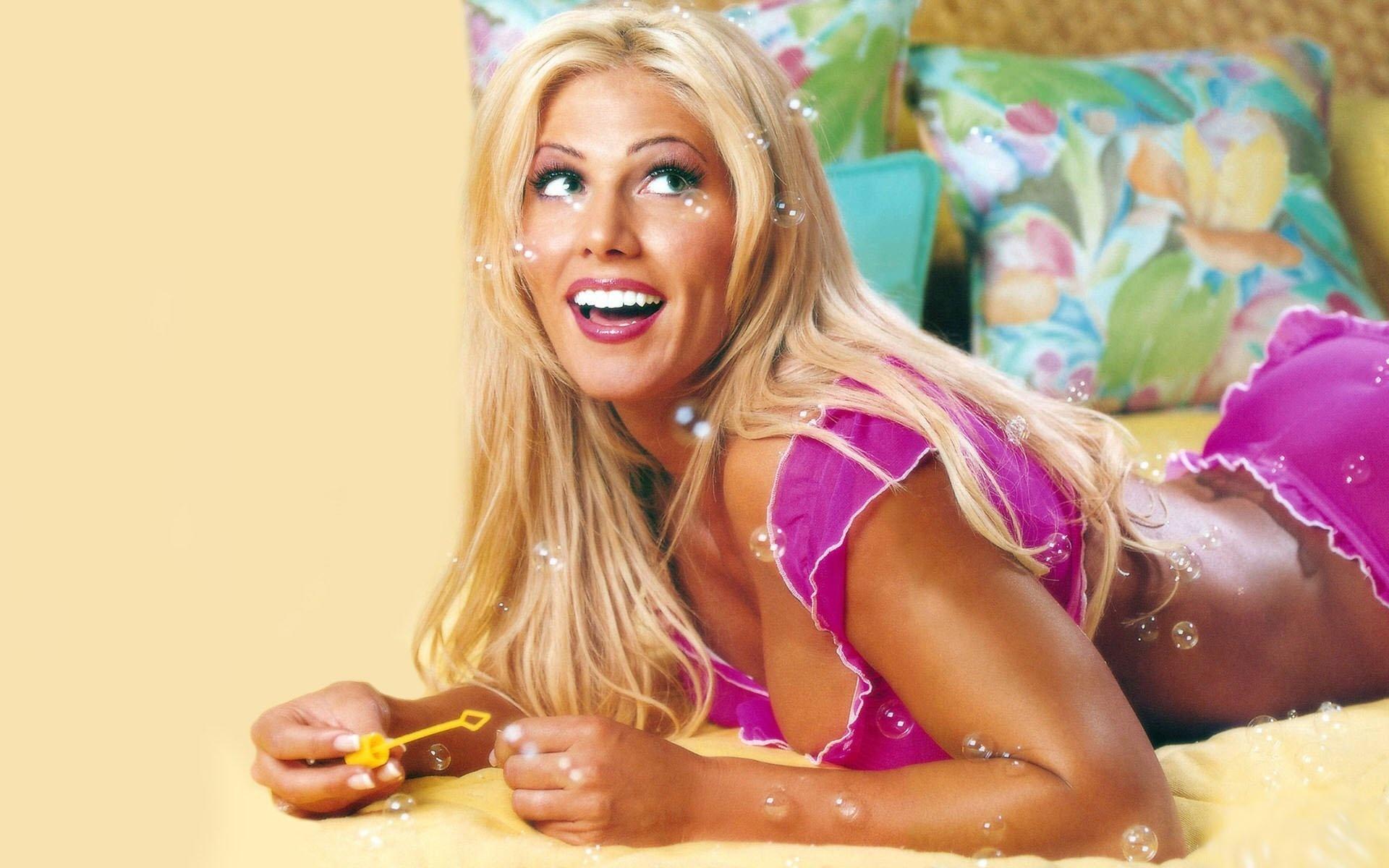 Грудастая блондинка обожает свежие цветы  706059