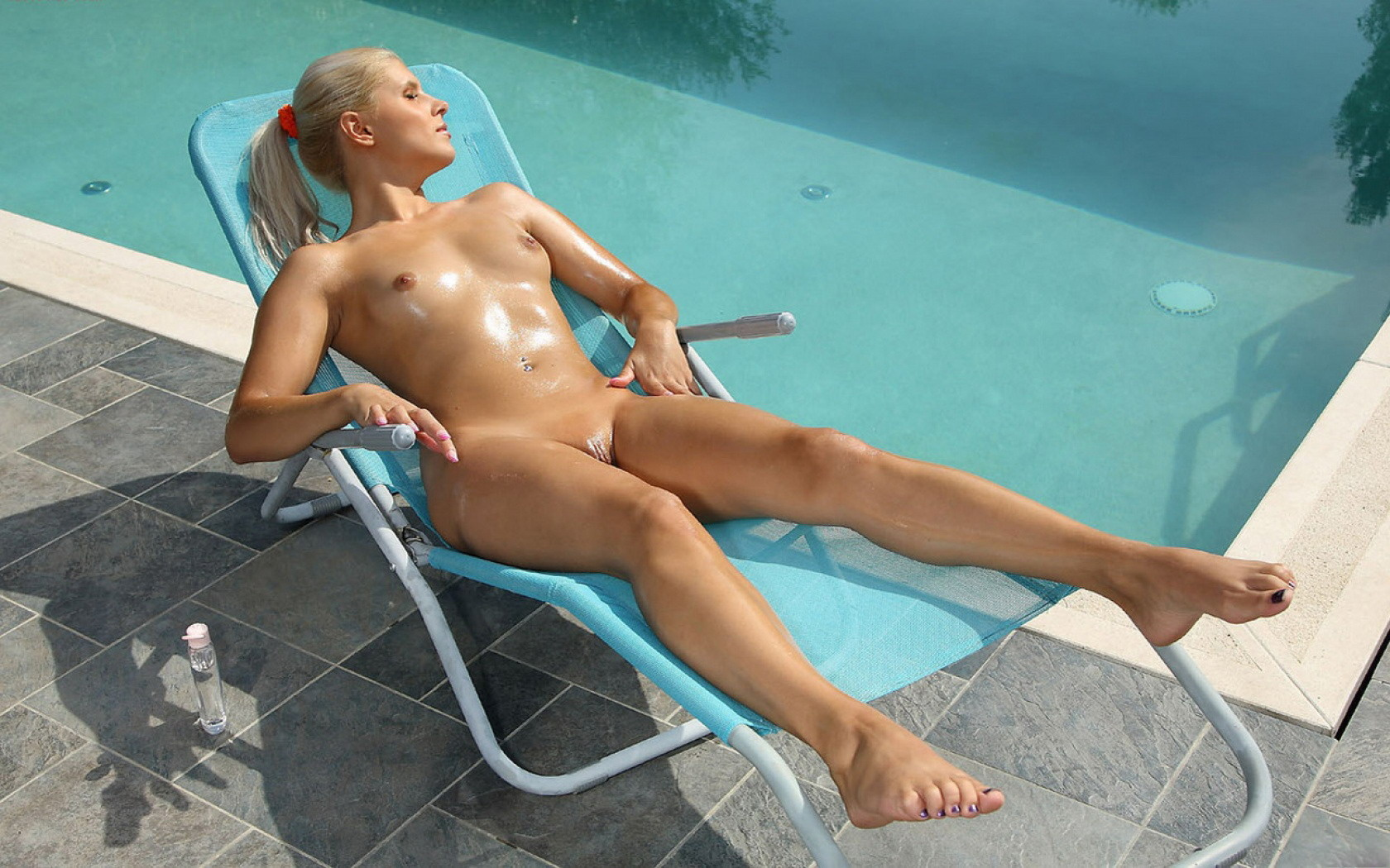 sexy-girl-pees-in-pool