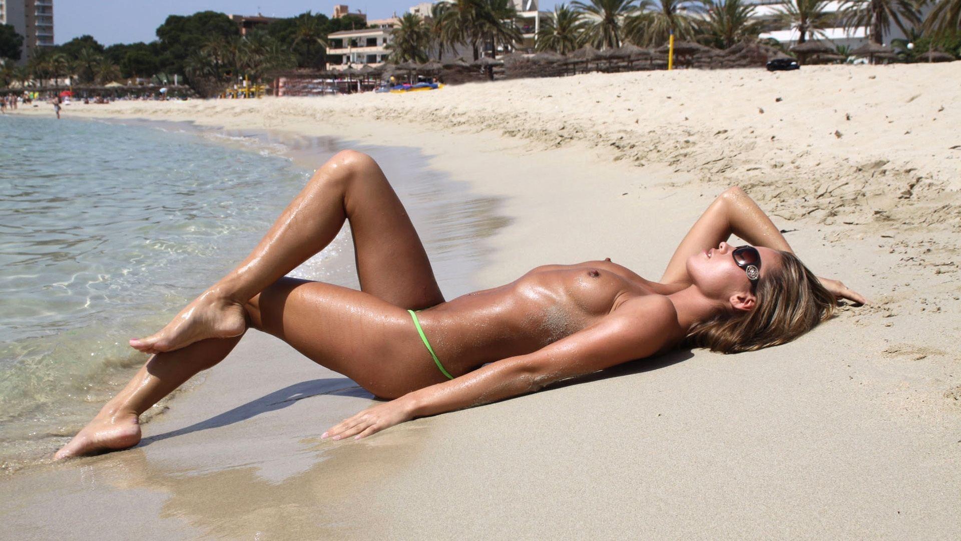 naked girls wet bikini hot