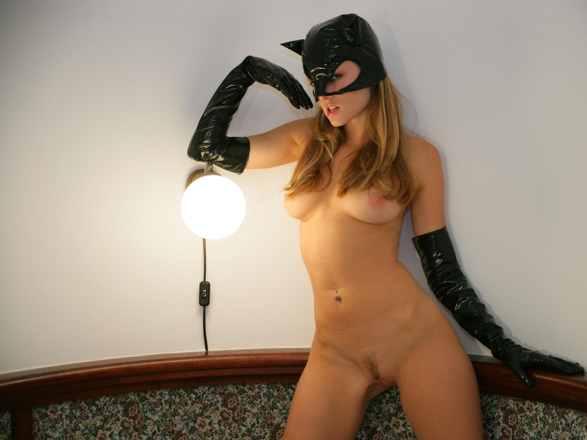 Голая девушка в маске