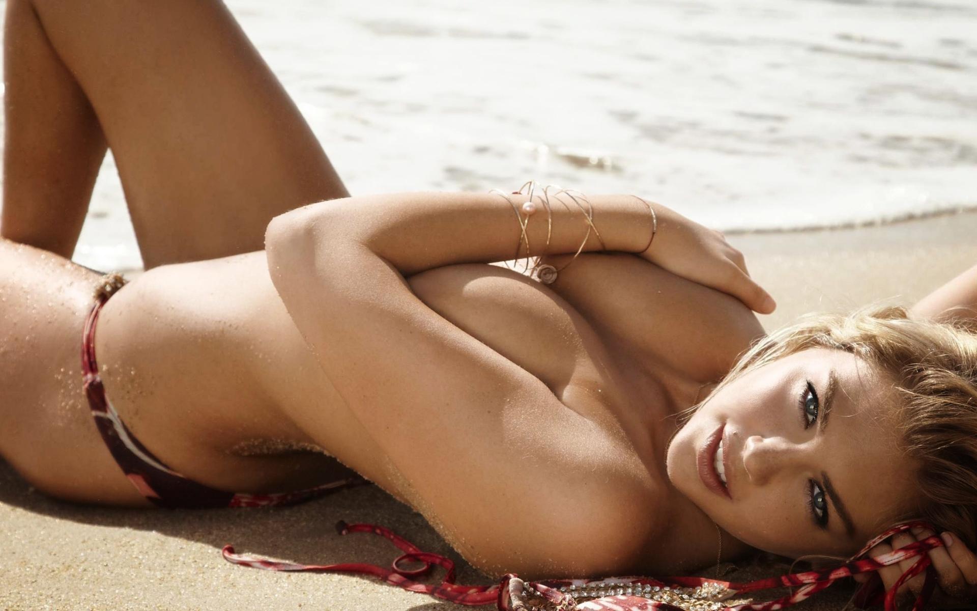 Подружка показывает парню голые сиськи на пляже  529565