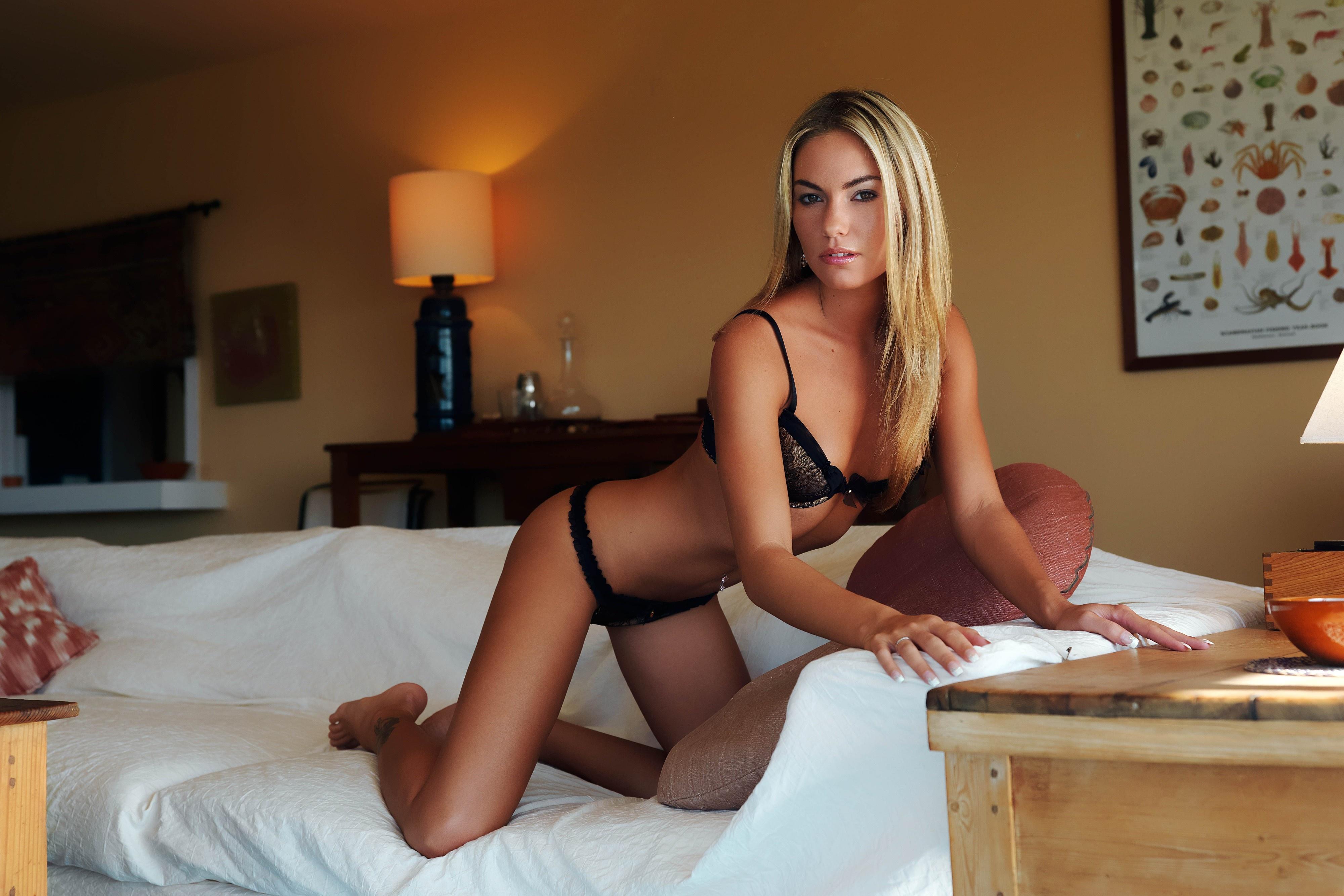 Сексапильная барышня с горячим телом шалит на диване  34771