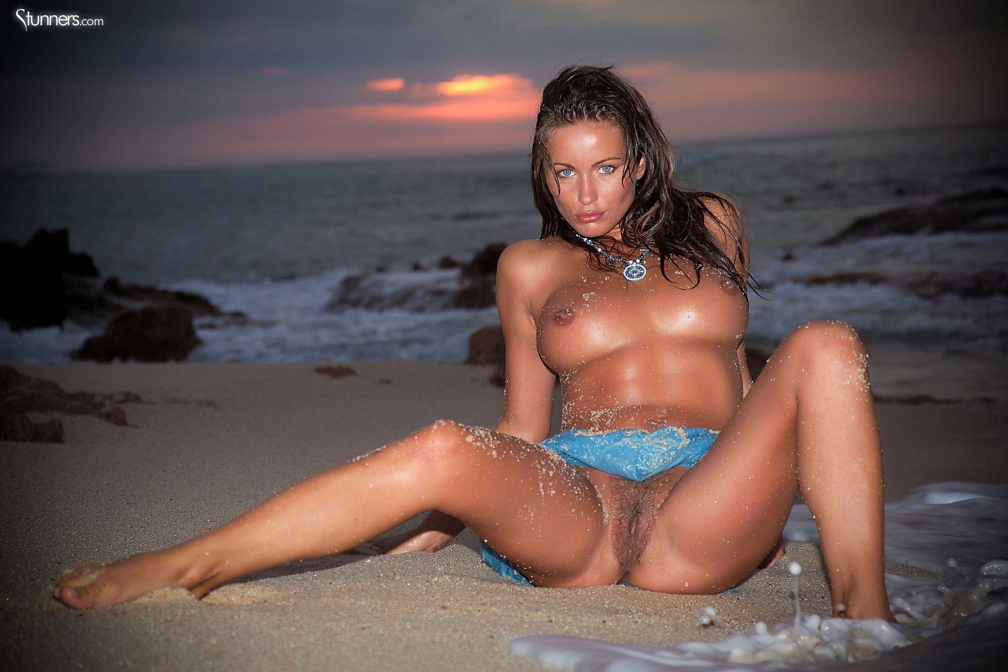 Women nudes at ocean