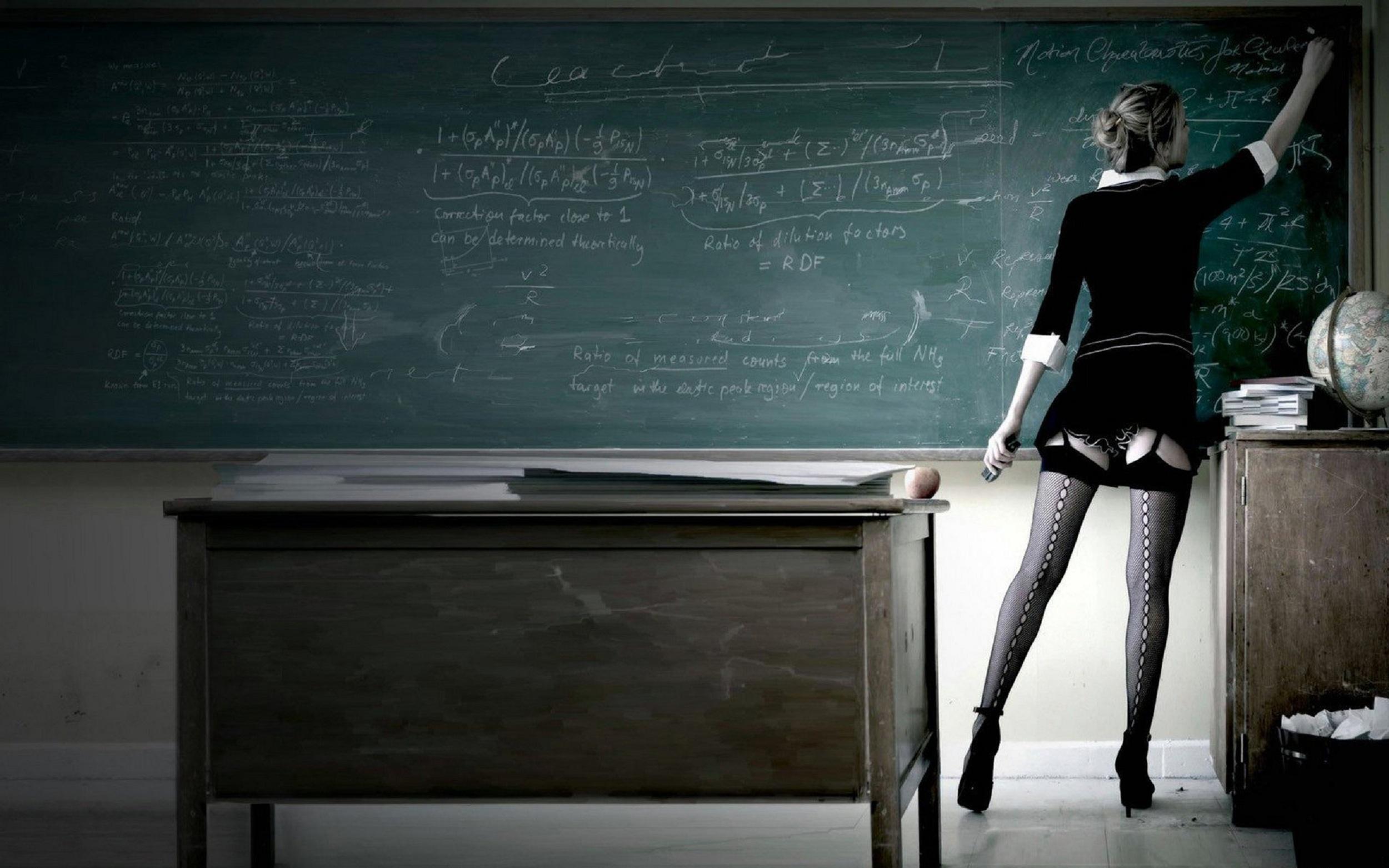 С учителем на столе 13 фотография