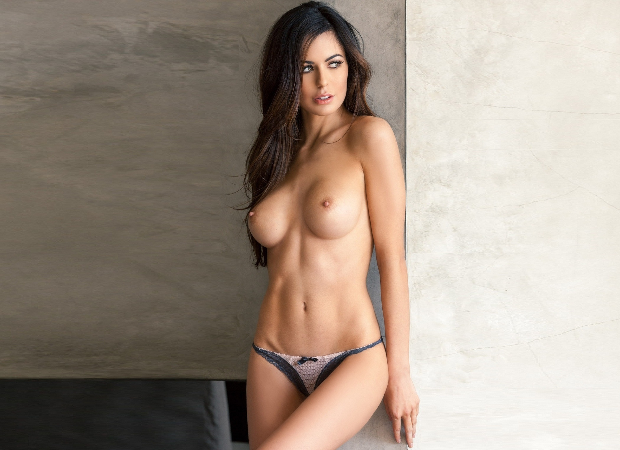 Стройная сексуальная брюнетка 7 фотография