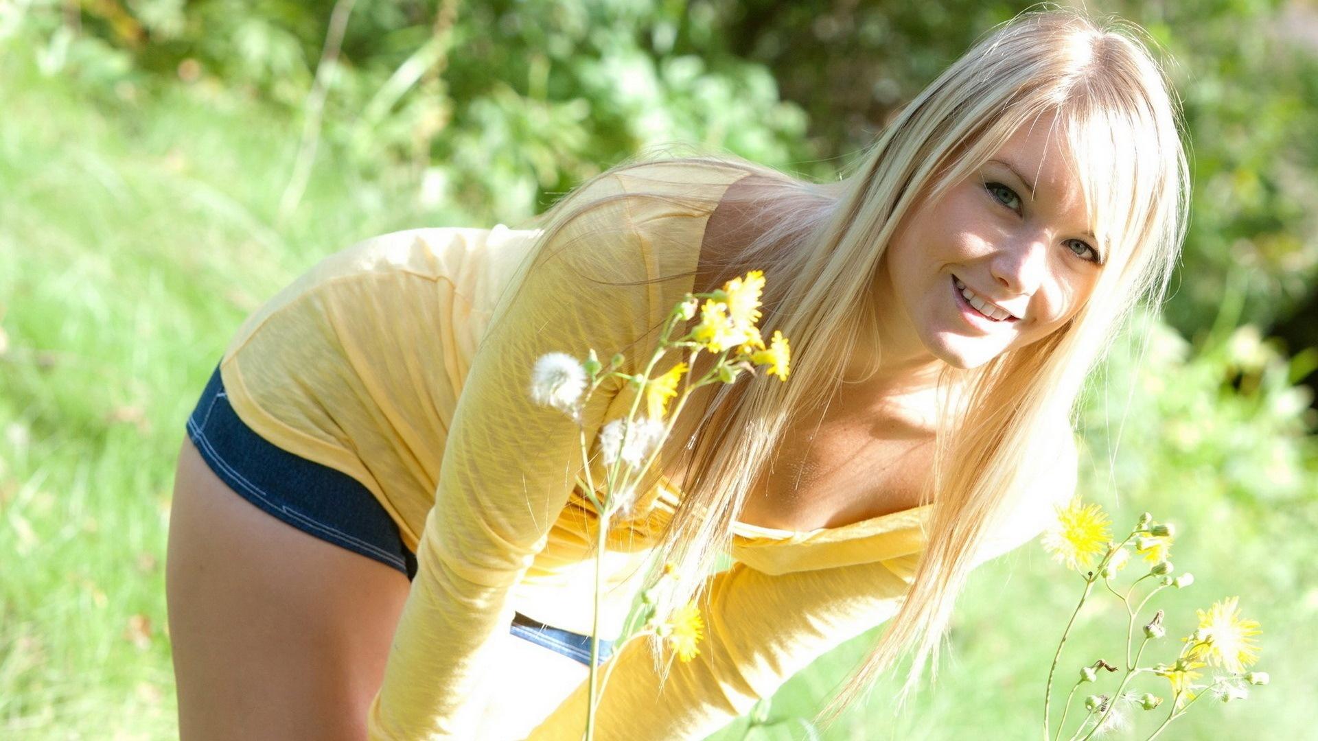 Эротика на речке от расшалившейся сексуальной блондинки летом  439740