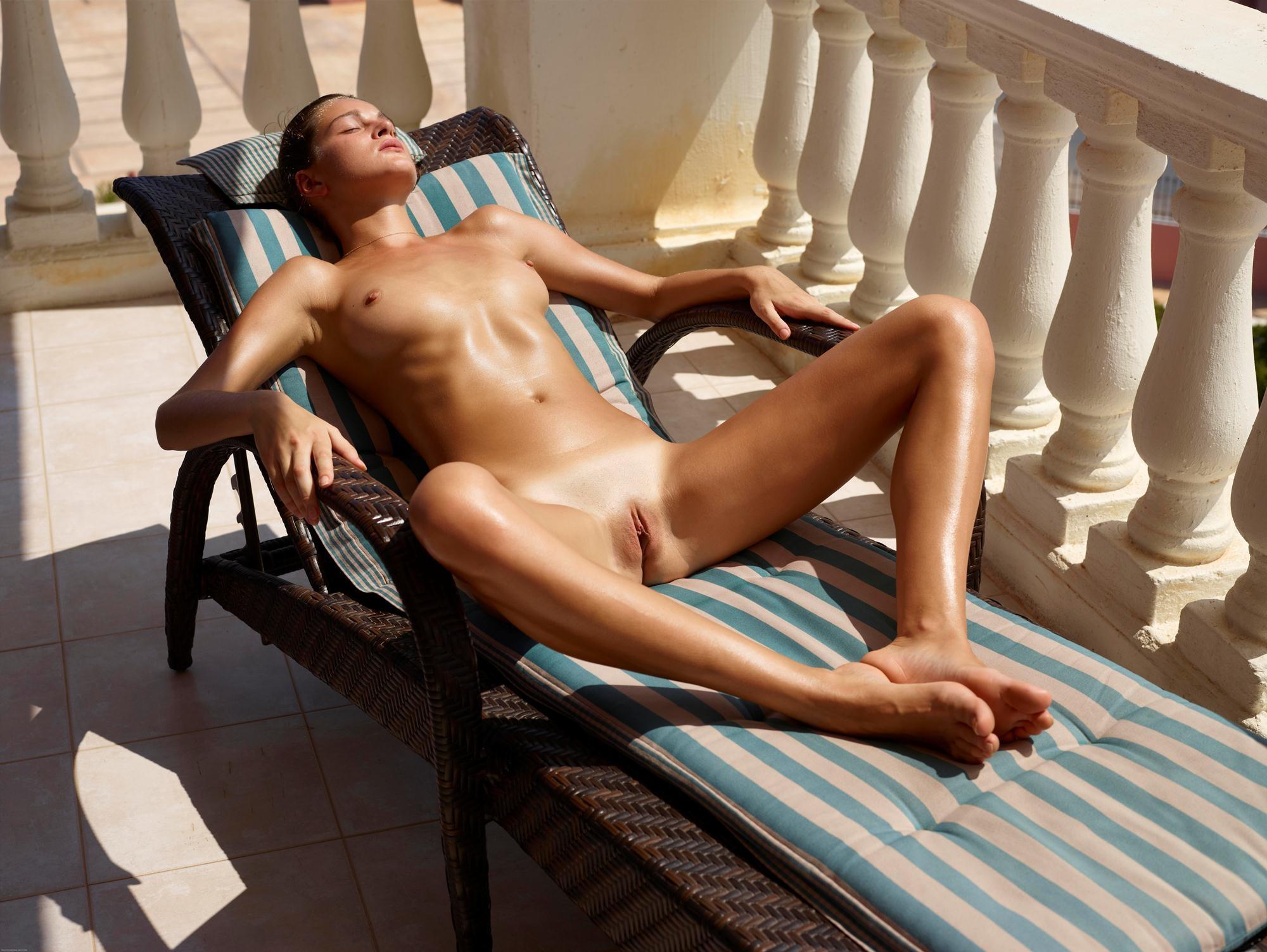 Фото голая в кресле и раздвинула ножки 10 фотография