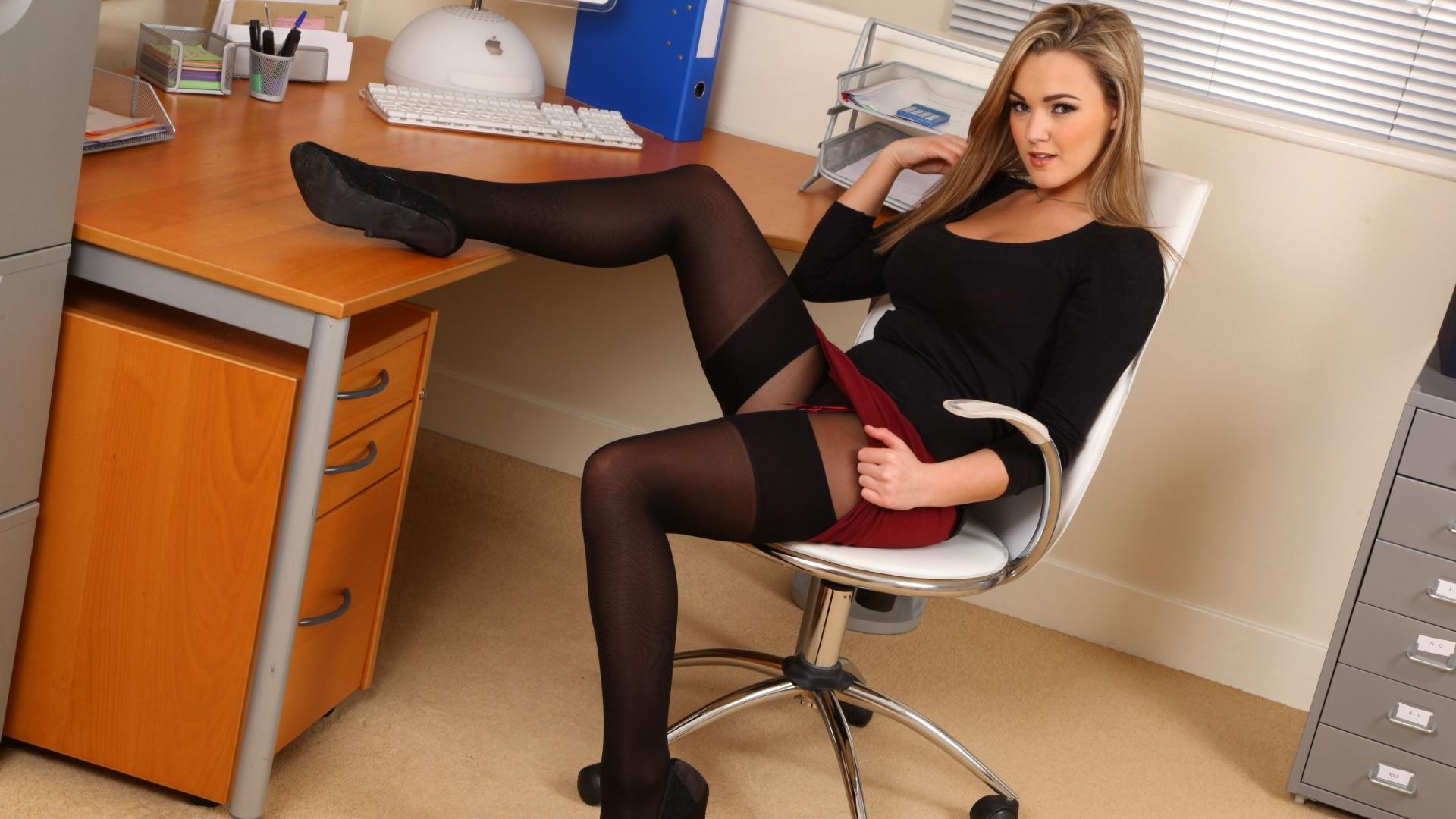 Секретарши в юбочках 12 фотография