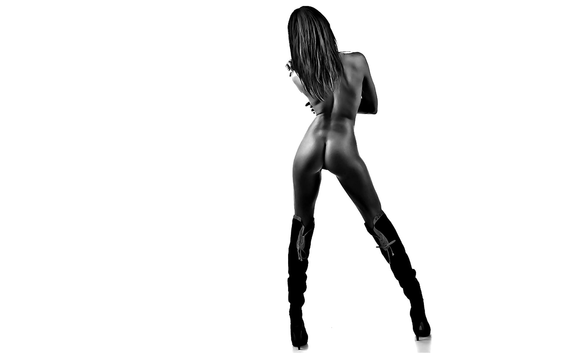 Sexy ebony in boots naked