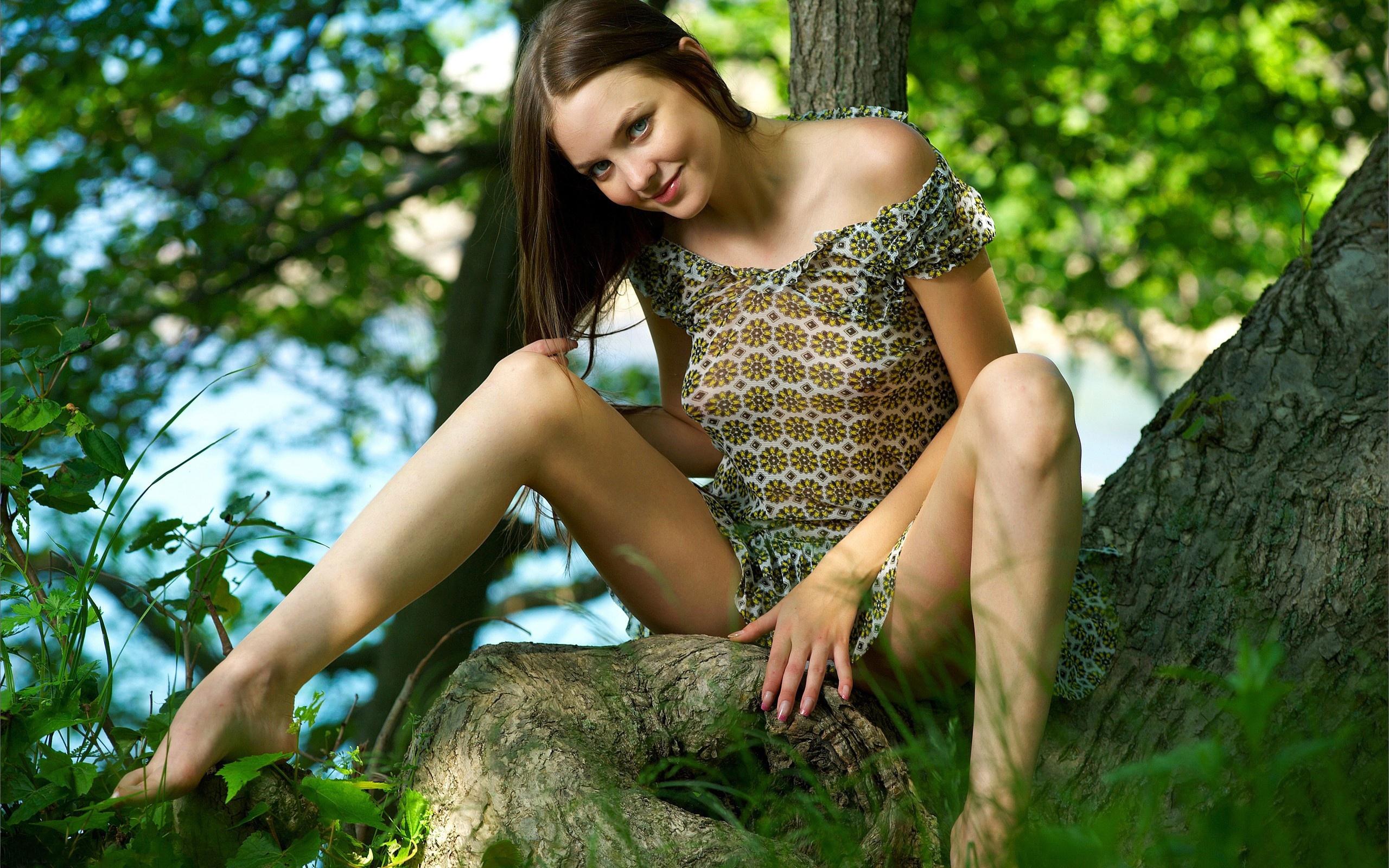 Молодая на природе оголила свое тело  81287