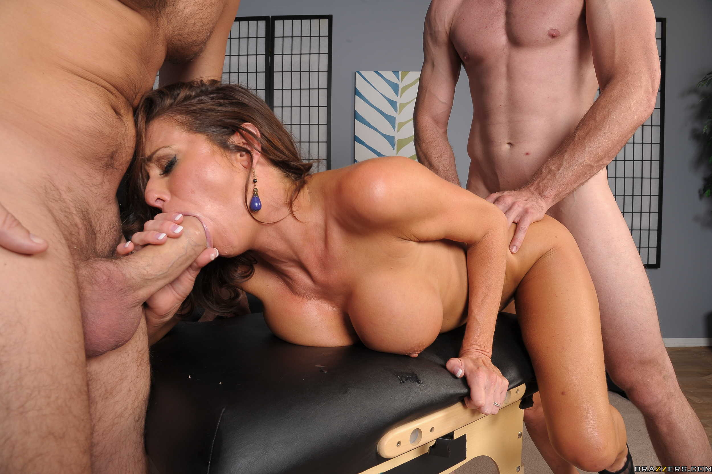 Hot Circle Blowjob In Threesome