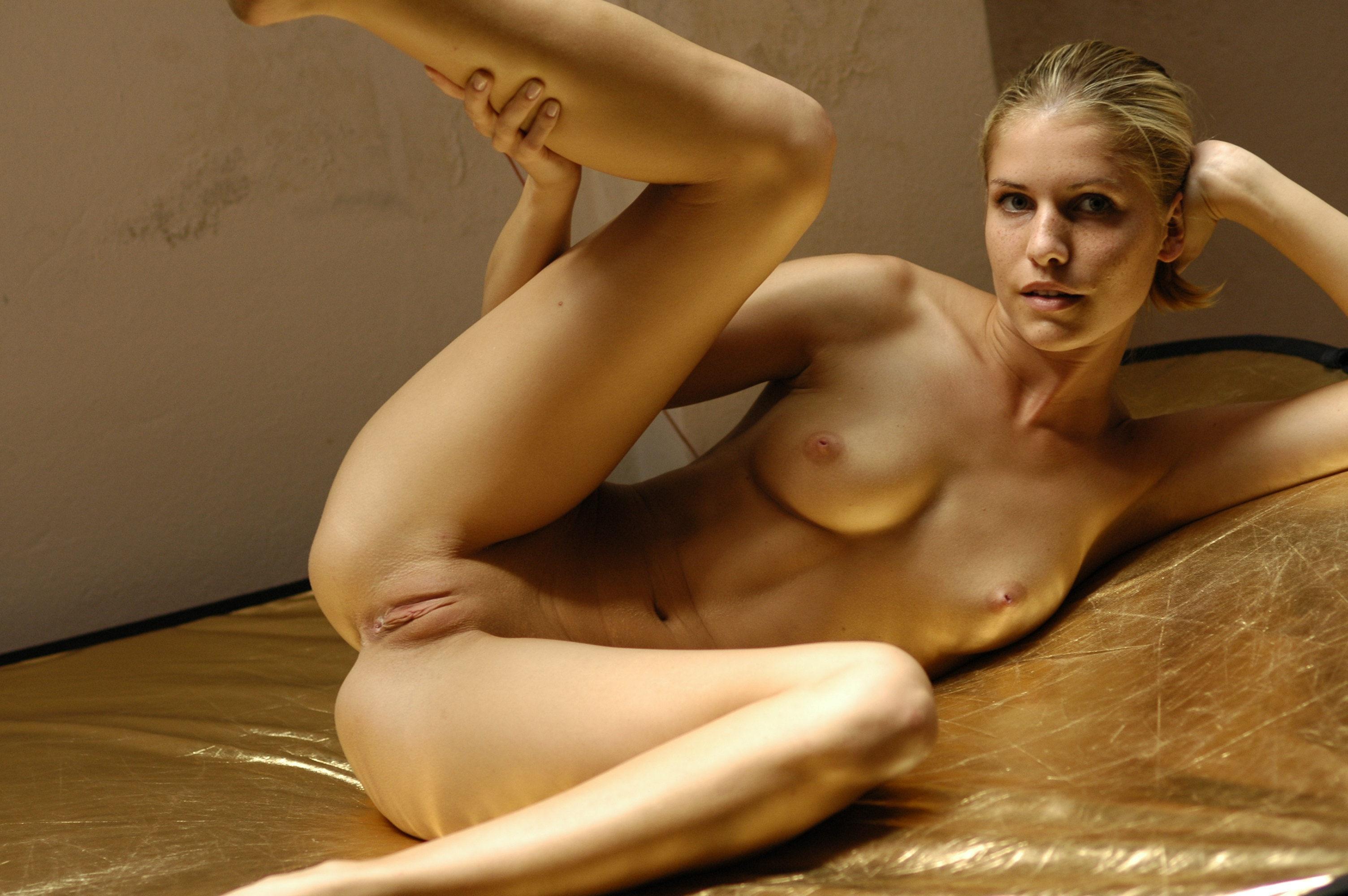 women nake in bed