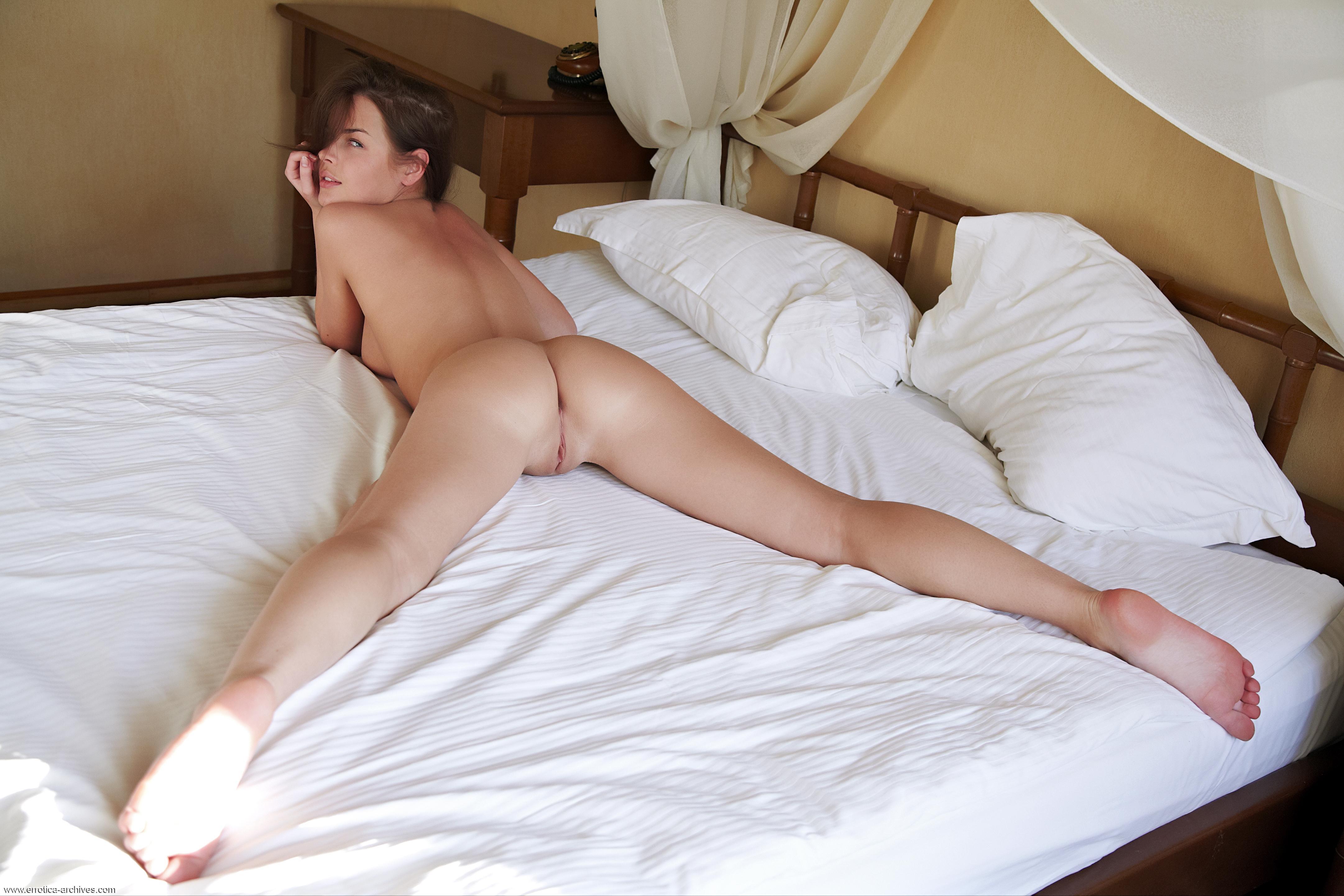 Фото эротика голая девушка на кровати с раздвинутыми ножками 11 фотография