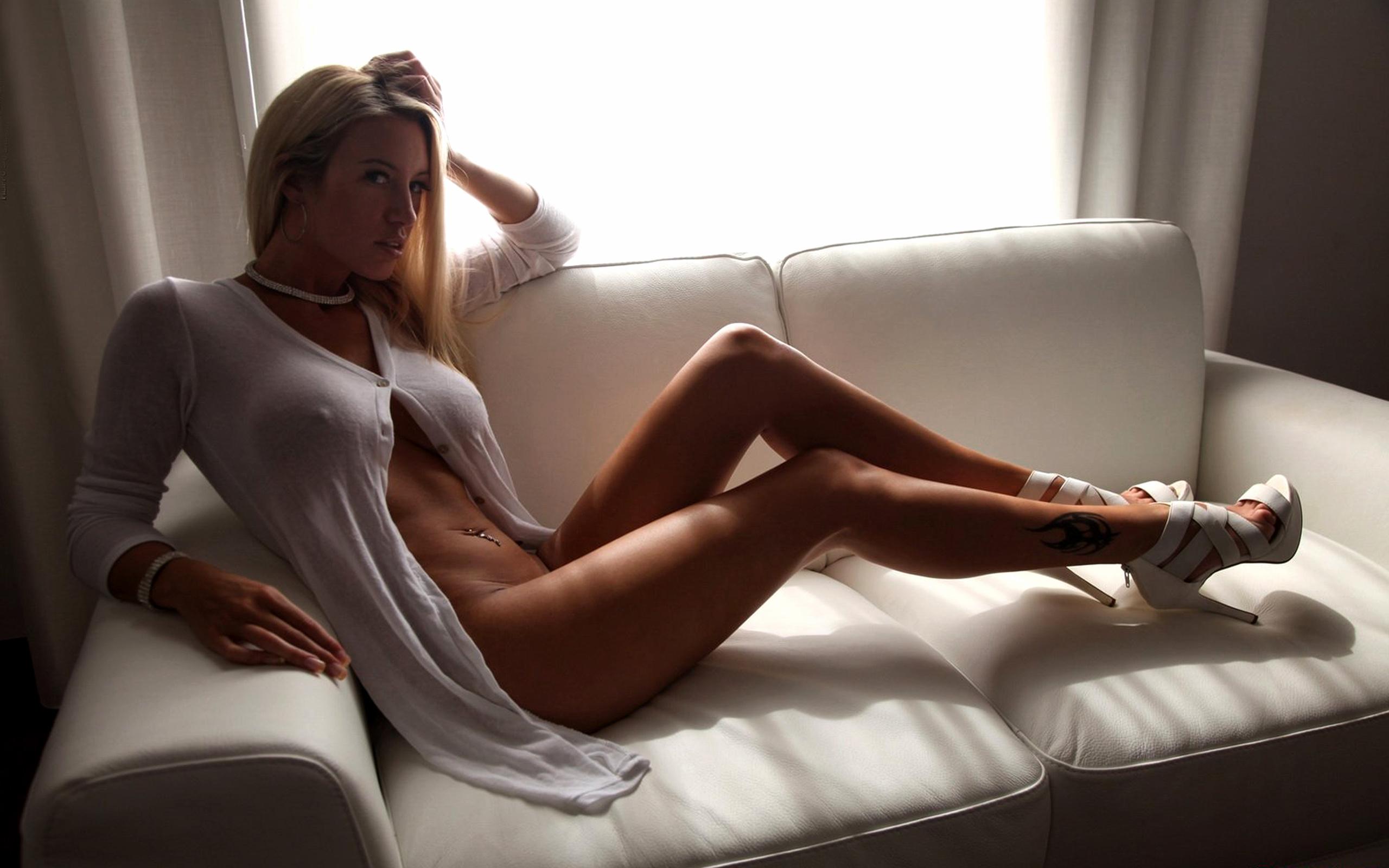 секретарша в белой прозрачной блузке на голое тело