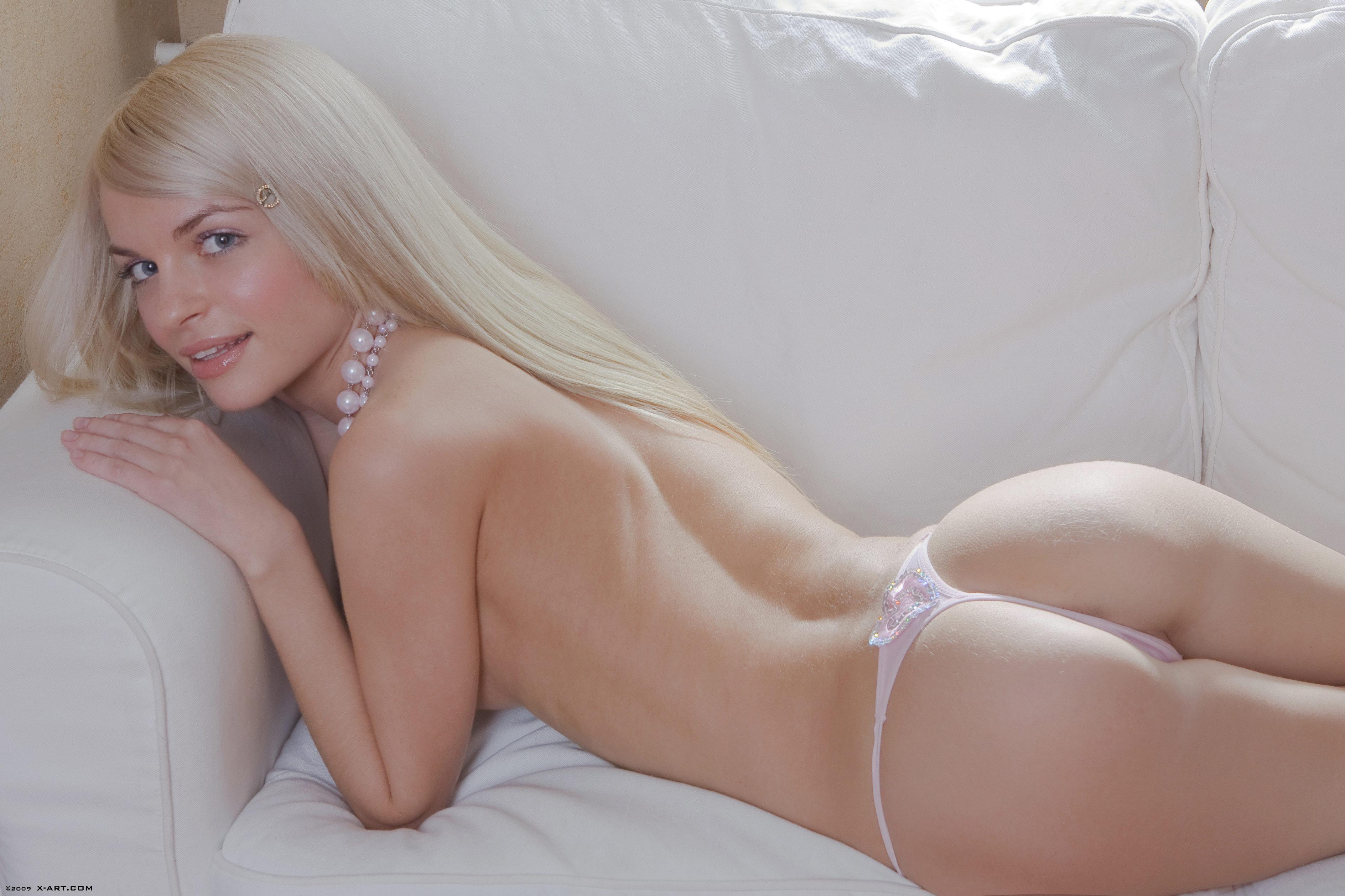 Фото голая блондинка в стрингах 19 фотография
