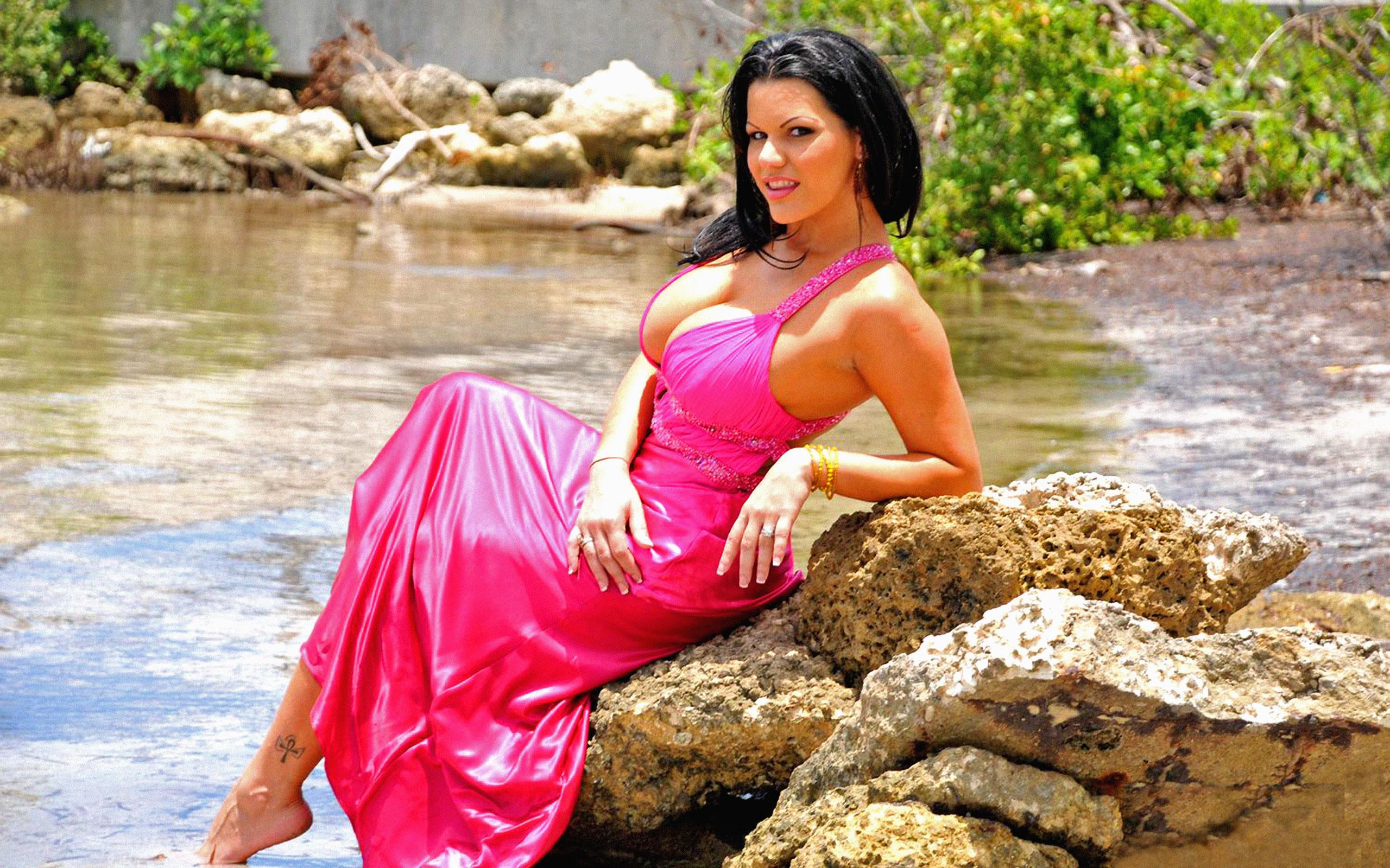 Milf outdoor posing of luxurious babe Lexxxi Lockhart will turn you on № 906369 без смс