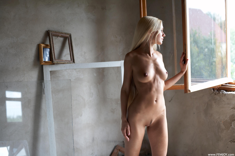 Голая в окне женщина
