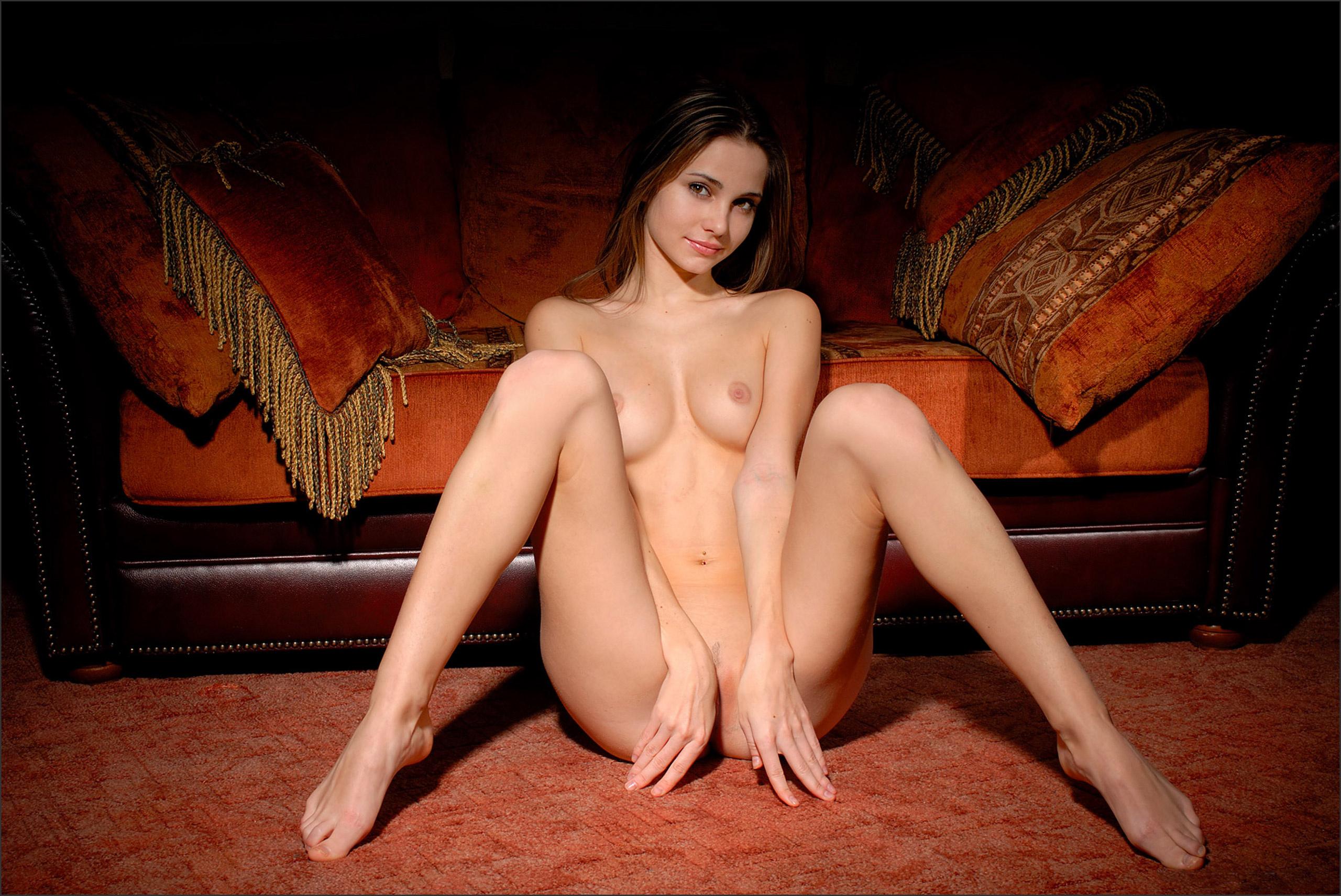 Фото голы девушки прикрывают пизду руками 7 фотография