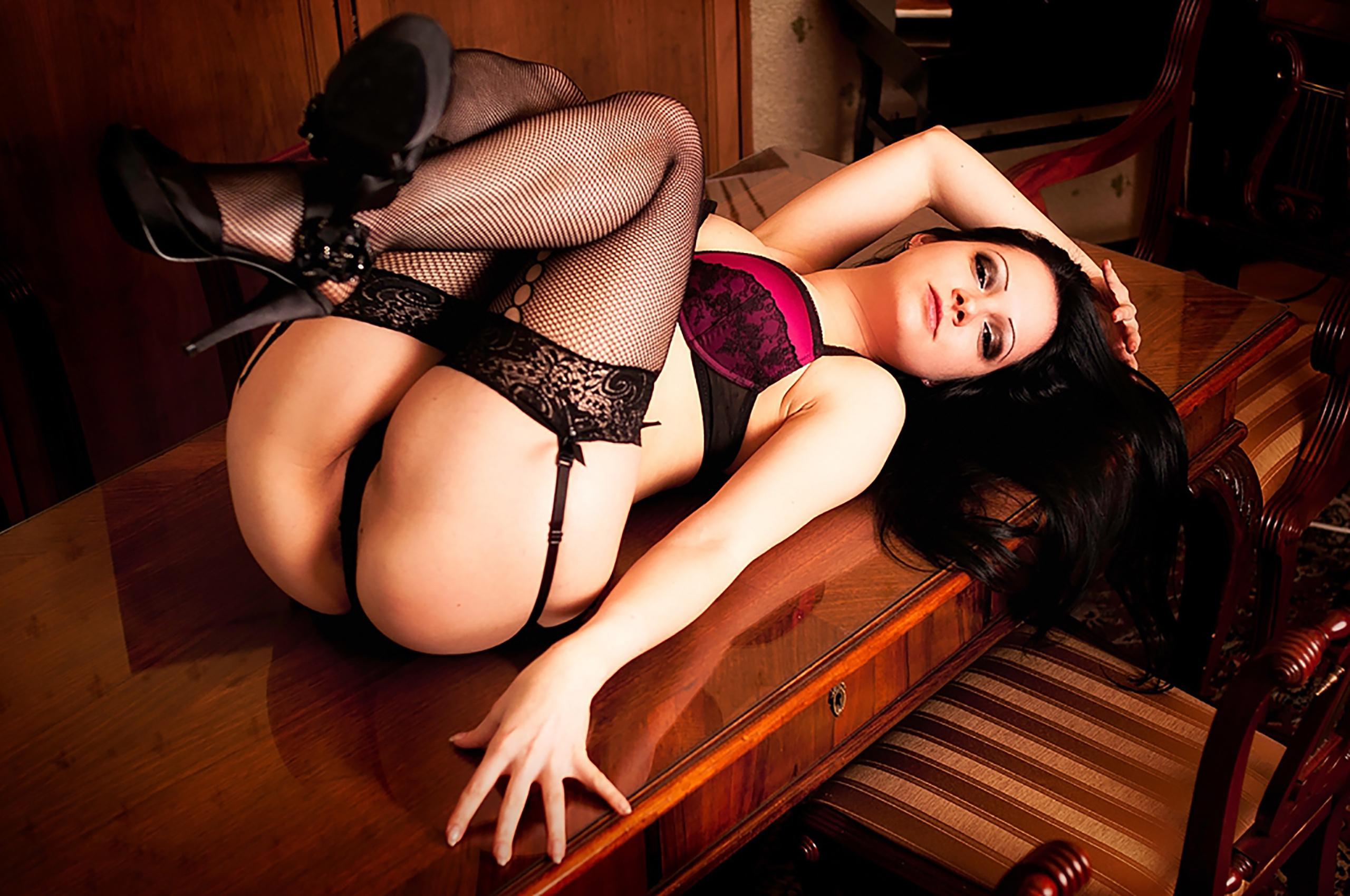 Чулки порно в красном на столе 6 фотография