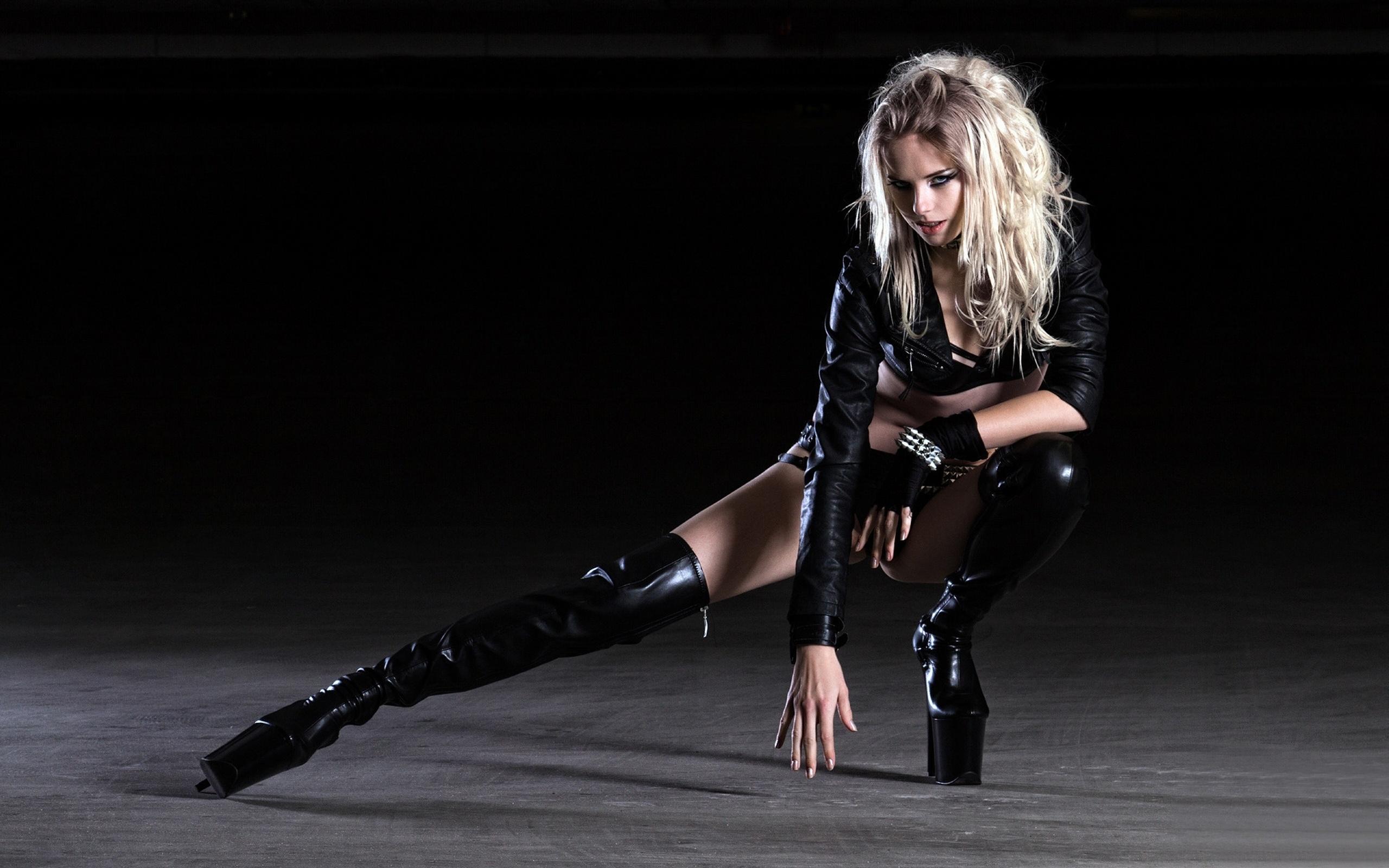 Фото блондинки в черном костюме 7 фотография