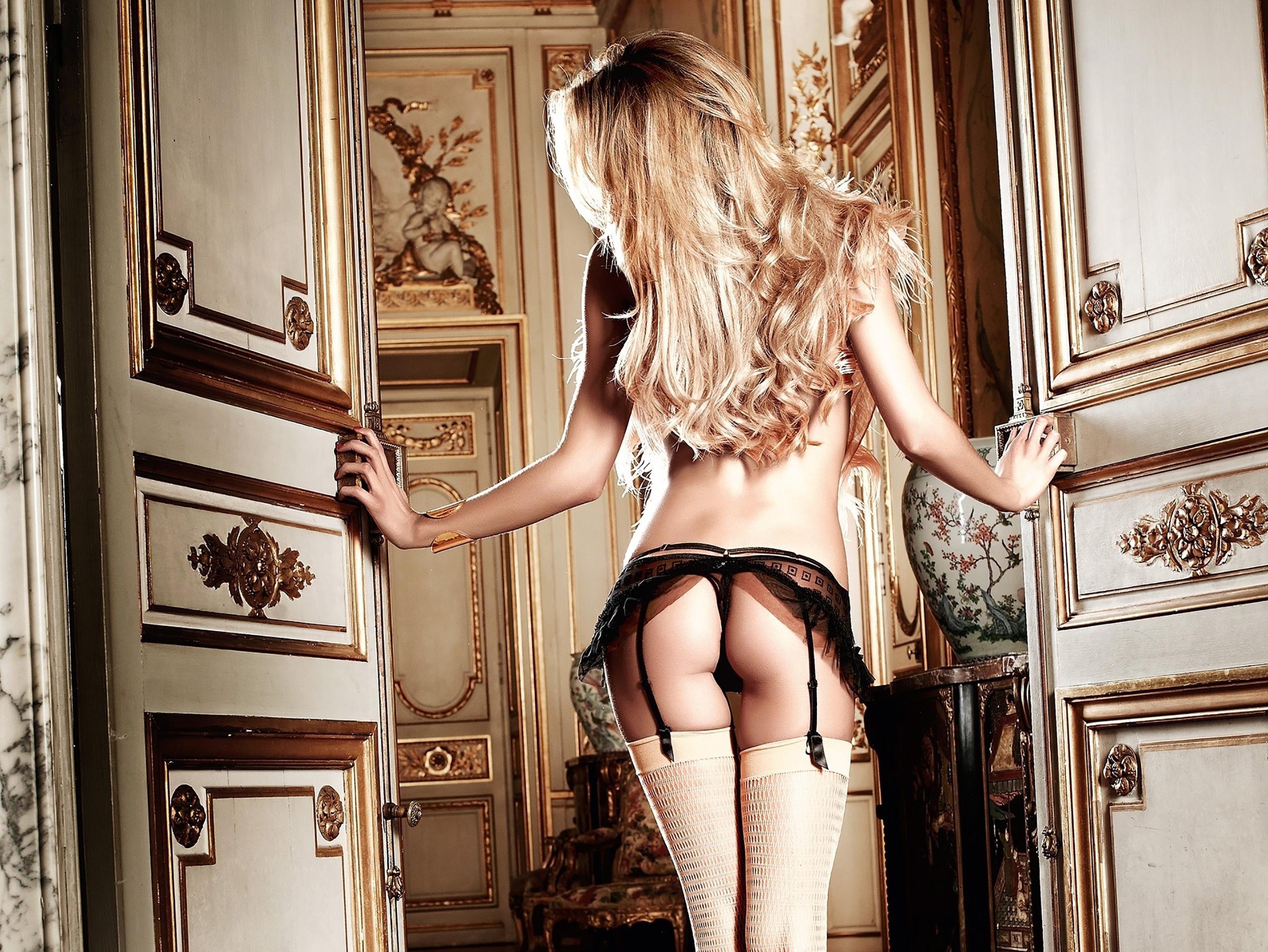 Стервозная девчурка в нижнем белье и чулочках  392578
