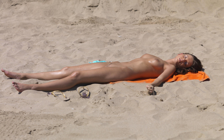 sleeping-nude-on-beaches
