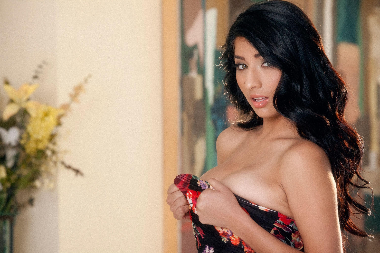 Busty Latina Megan Salinas displaying sexy ass while receiving cunnilingus  1930983