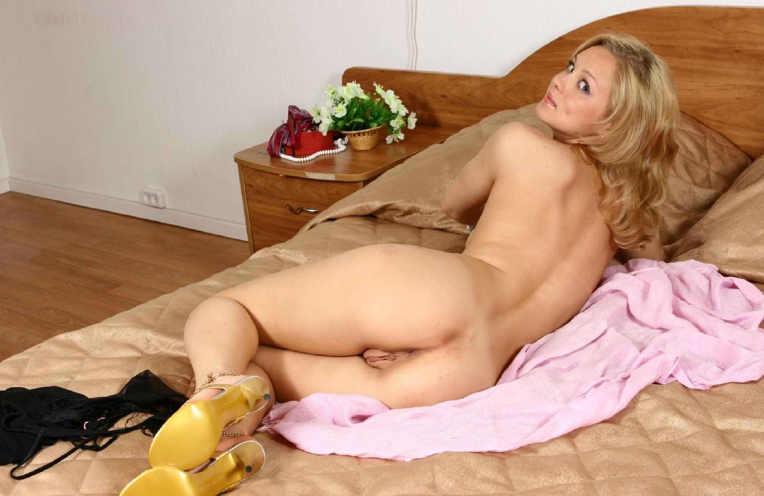 That would naked blonde girl posing on bed variant