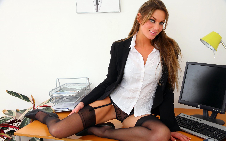 Секретарша дает своему начальнику 23 фотография