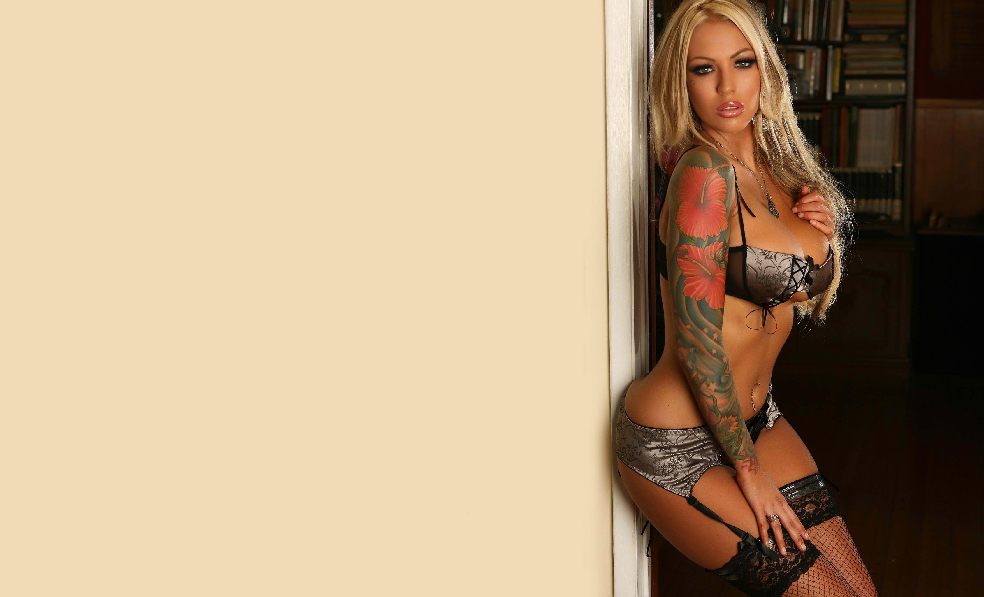 Татуированная красотка с большими сиськами мастурбирует на диване  703084