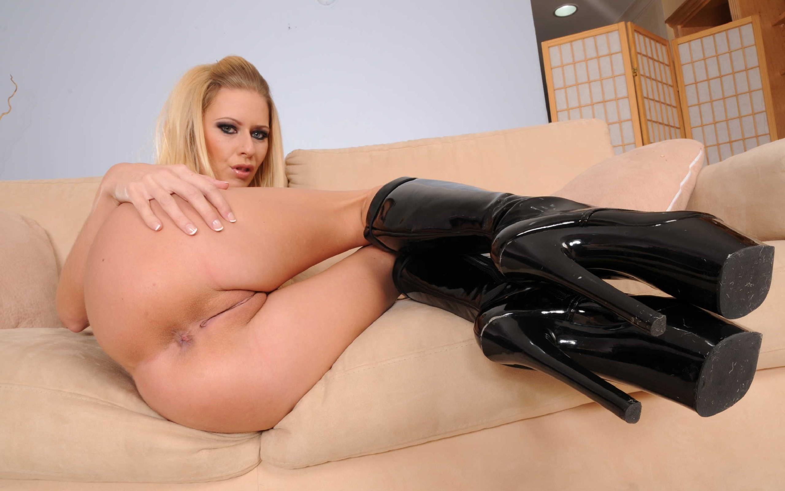 Wallpaper Riley Evans, Blonde, Sexy Babe, Adult Model, Pornactress, Laying, Nude, Sofa, Pvc, Boots, Legs, Nice Rack, Ass, Pussy, Blue Eyes, Knee -5898