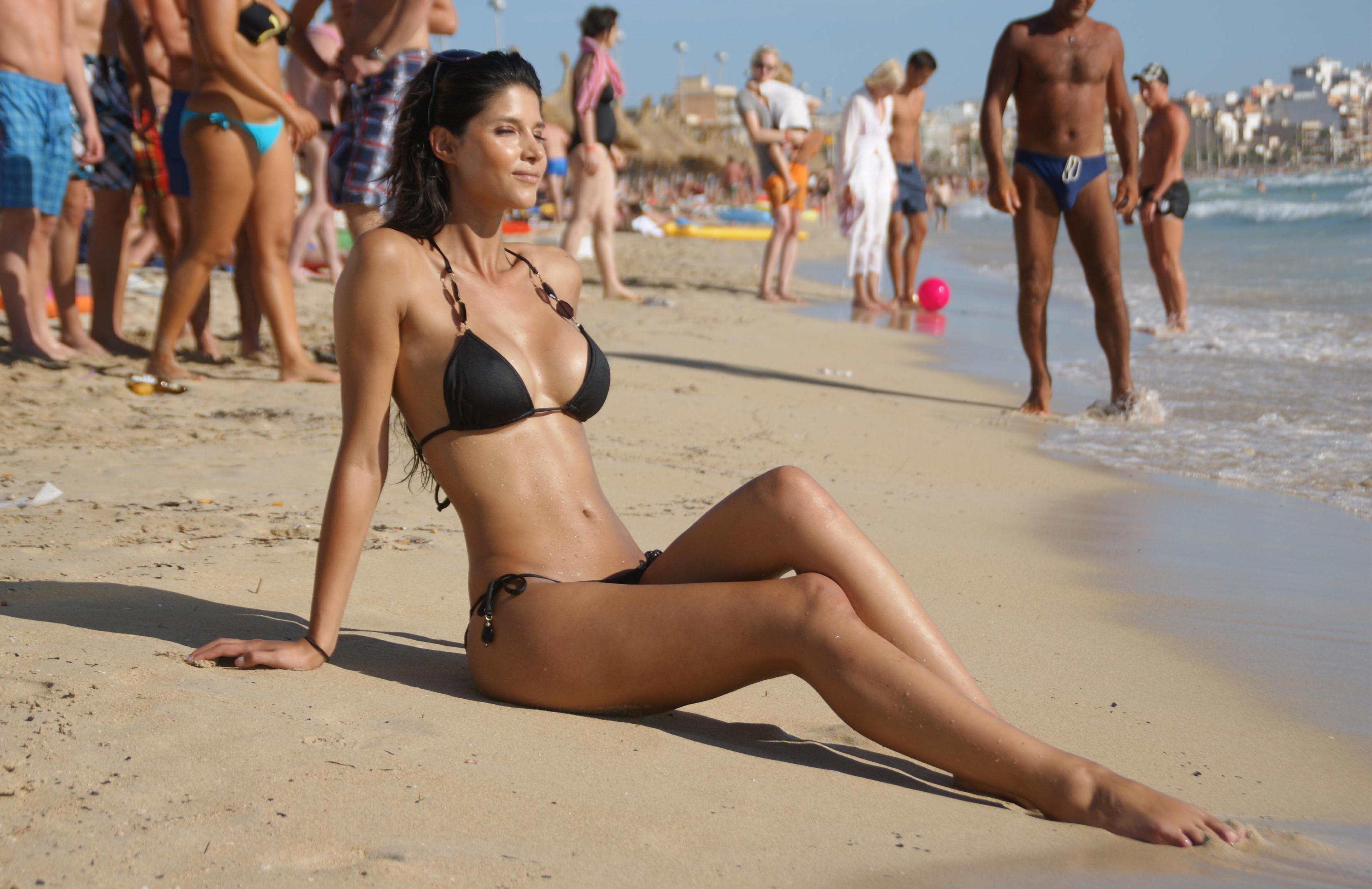 Голые красотки фотографируются прилюдно на пляже  231565