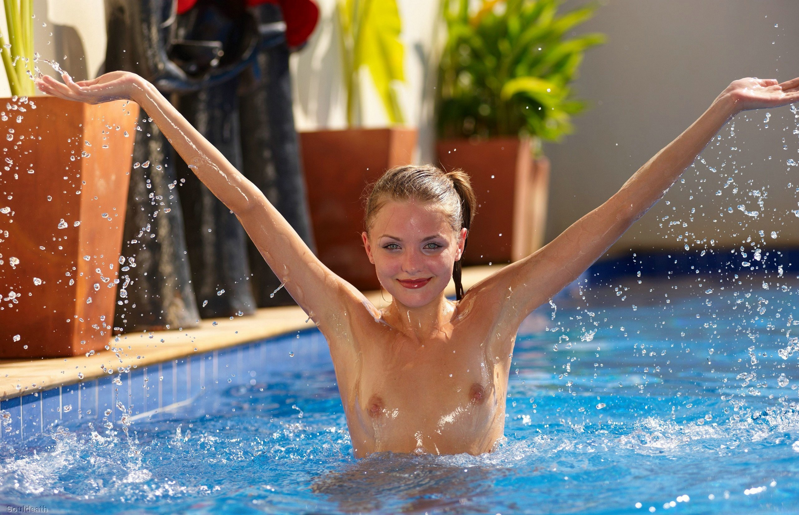 Эротика возле бассейна 10 фотография
