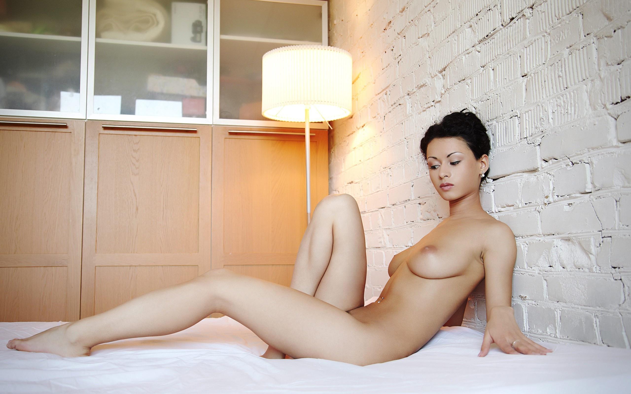 Азиатка разделась в гостиничном номере порно фото бесплатно