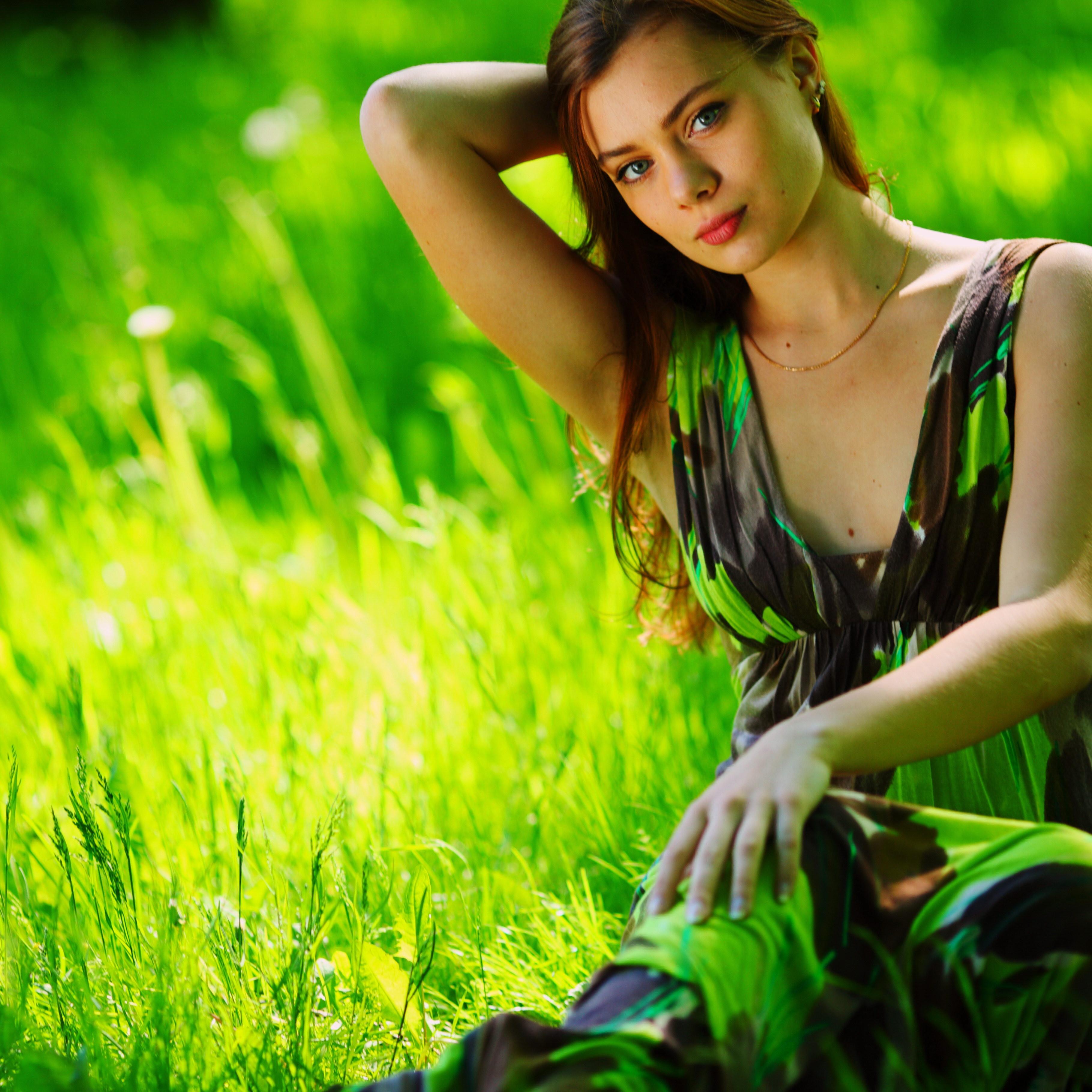 Девочка с зелеными темнями  № 176569 загрузить