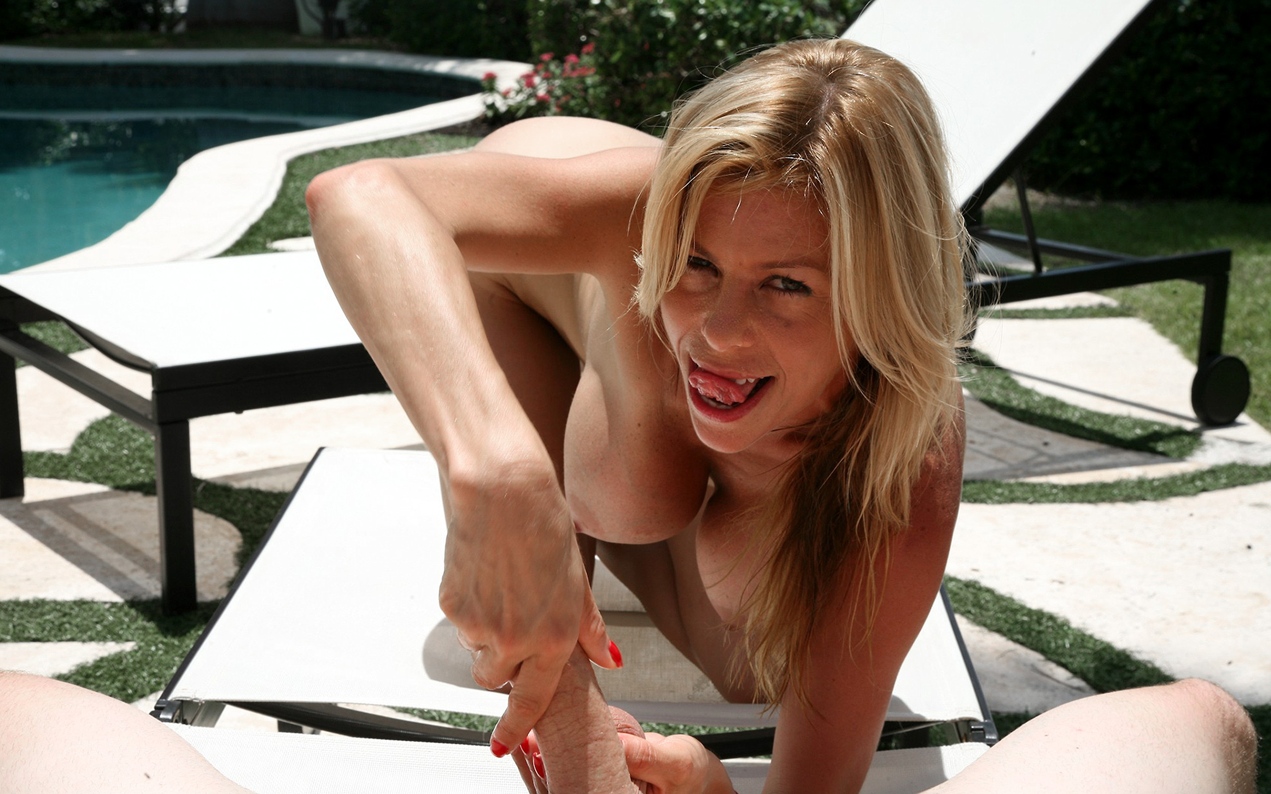 Job blonde tug pool side