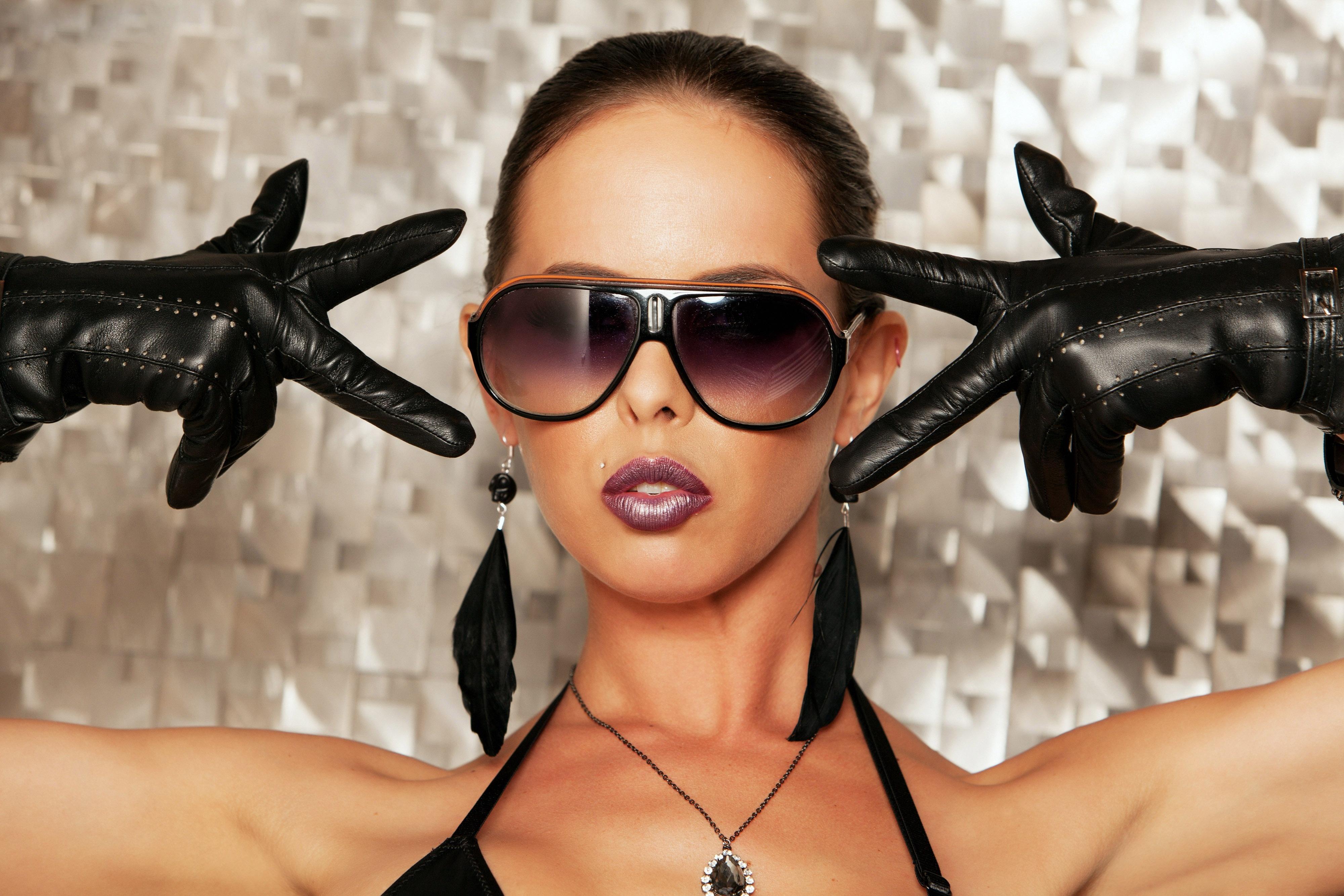Девушка в темных очках загрузить