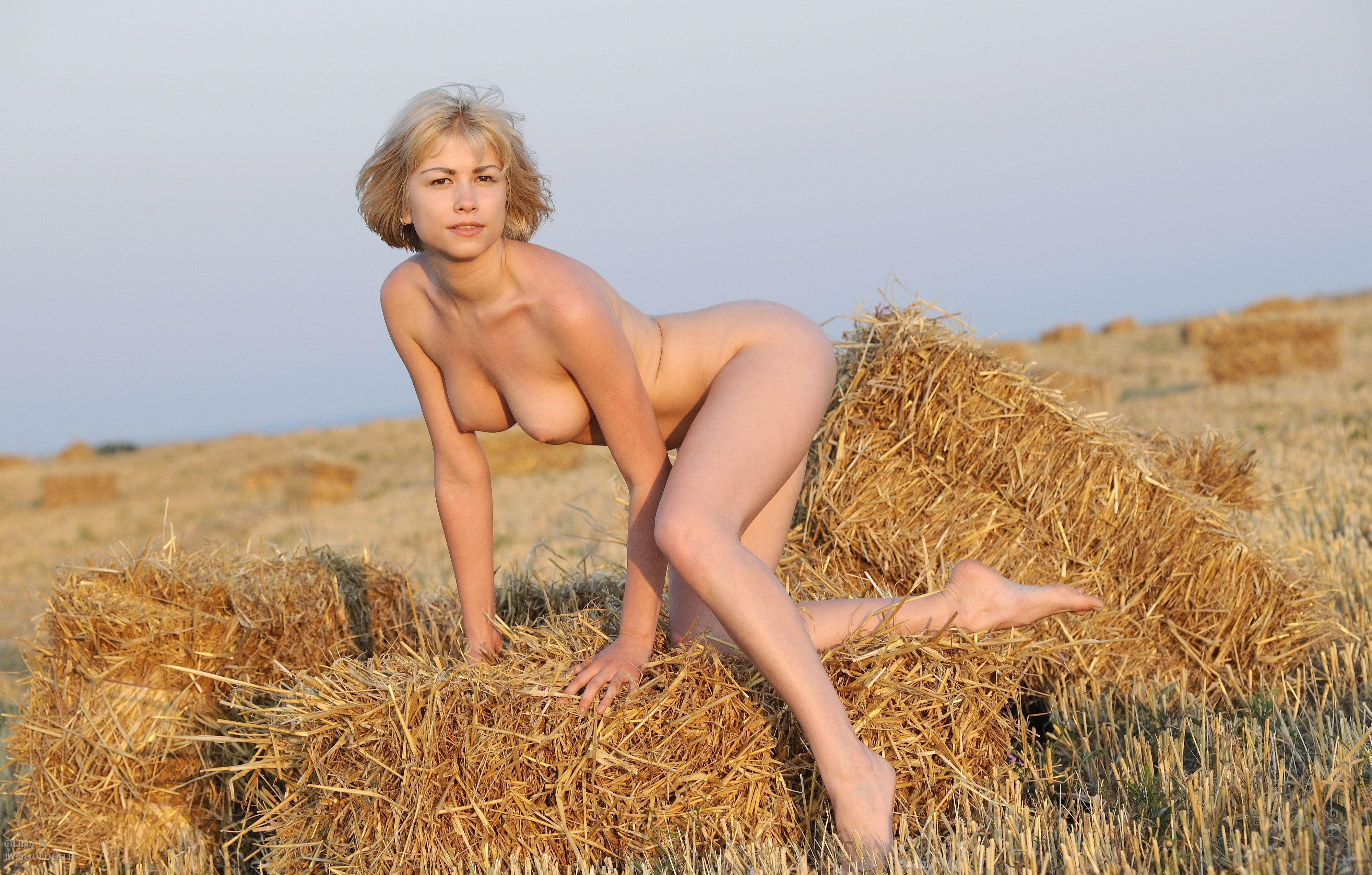 Фото голые в поле 8 фотография