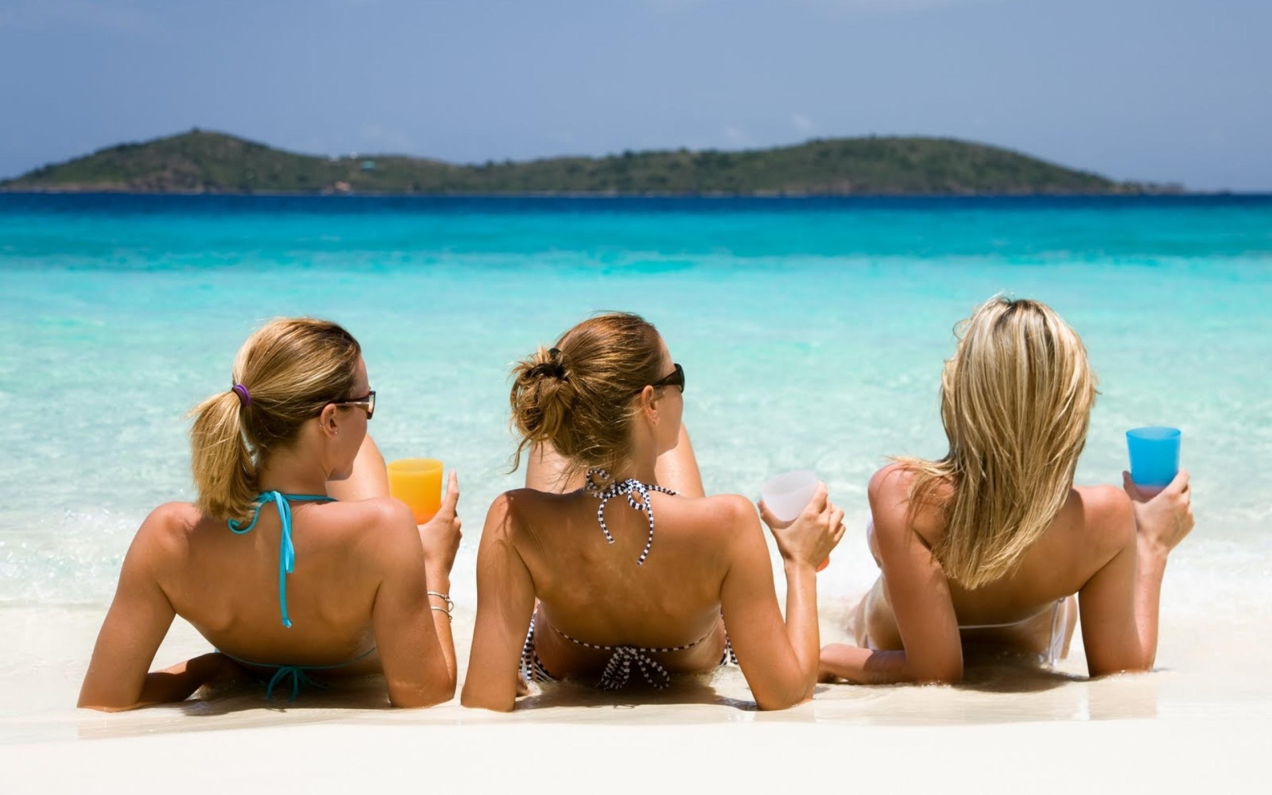 Бойфренды фотографируют подружек отдыхая у моря  230737