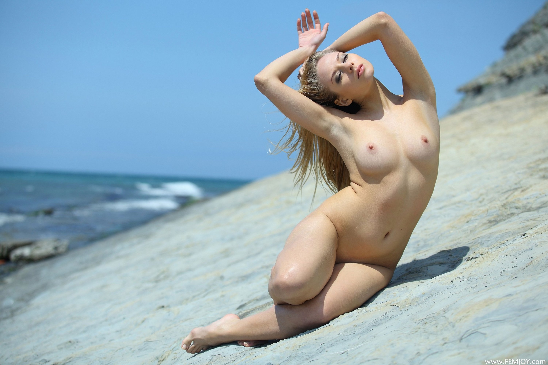 С голыми девками на море 19 фотография