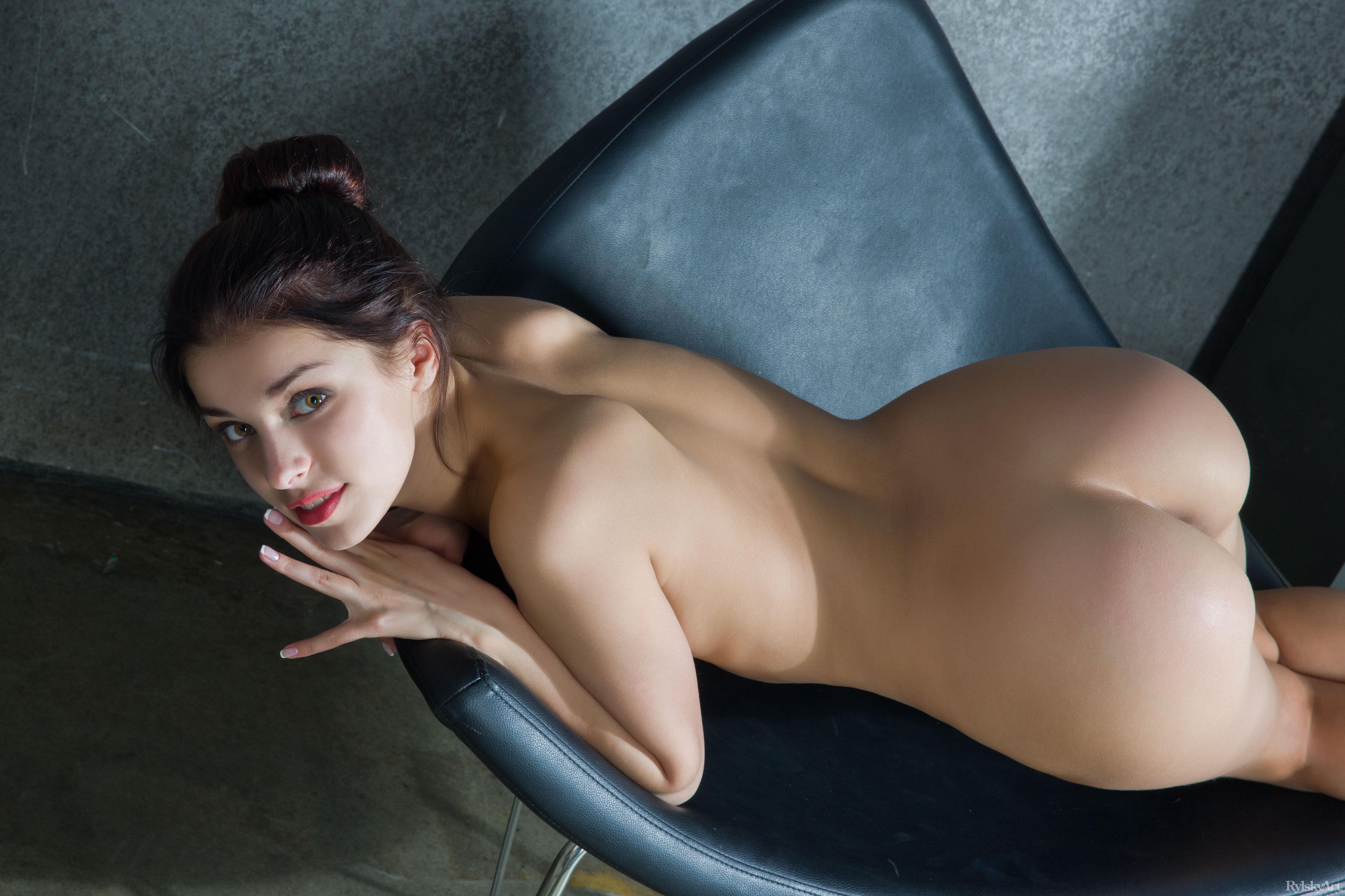 Сочная брюнетка отсасывает 7 фотография