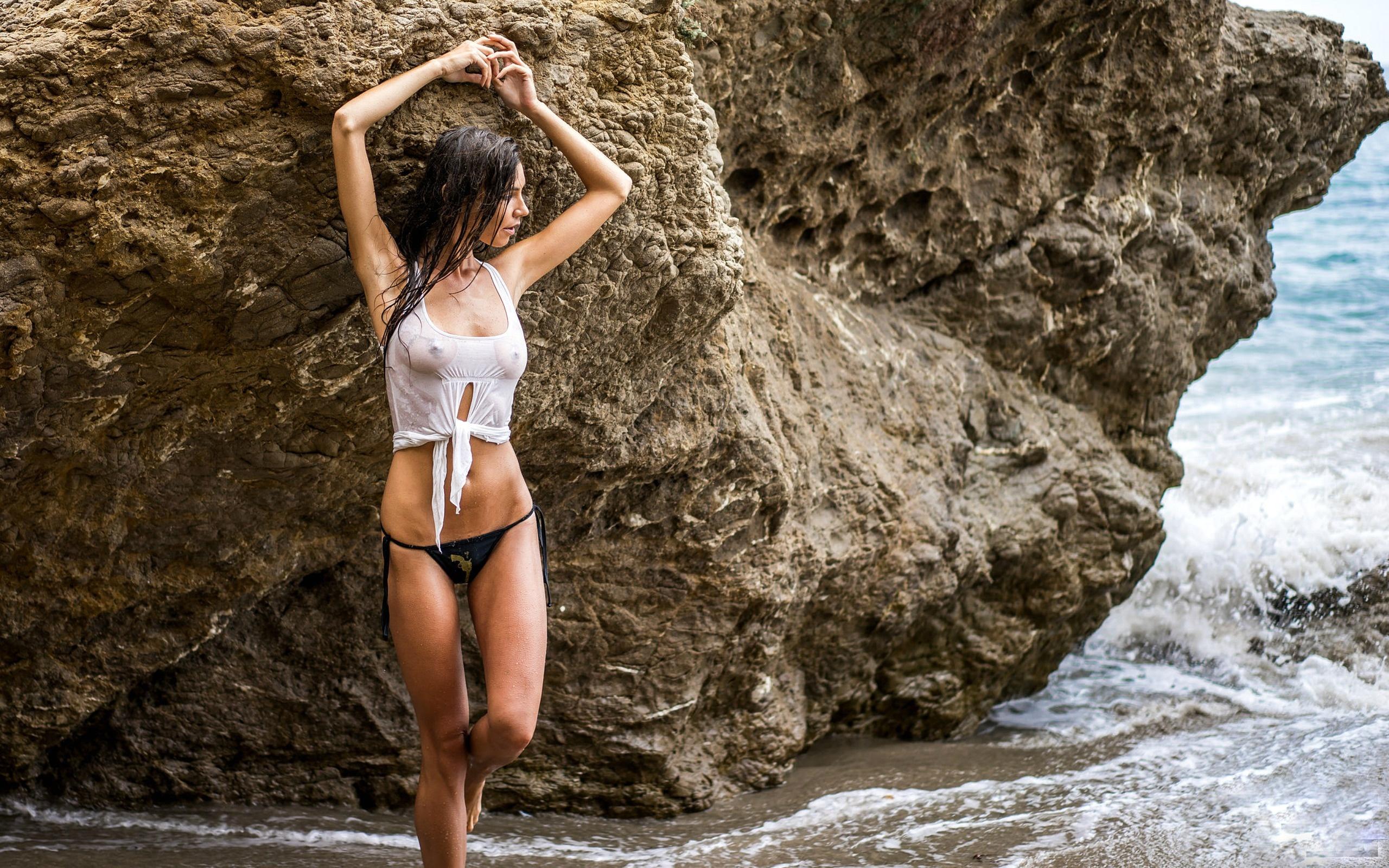 Парень фотографирует голую подружку у скалы  234622