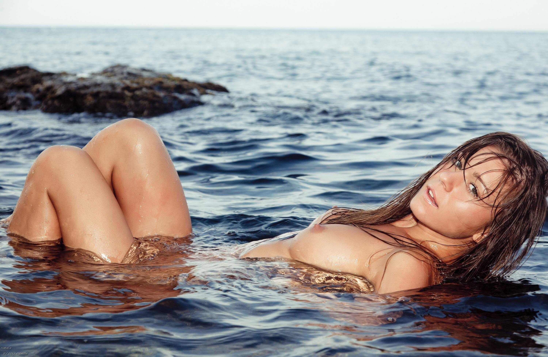 Вновь девушка в воде эротика