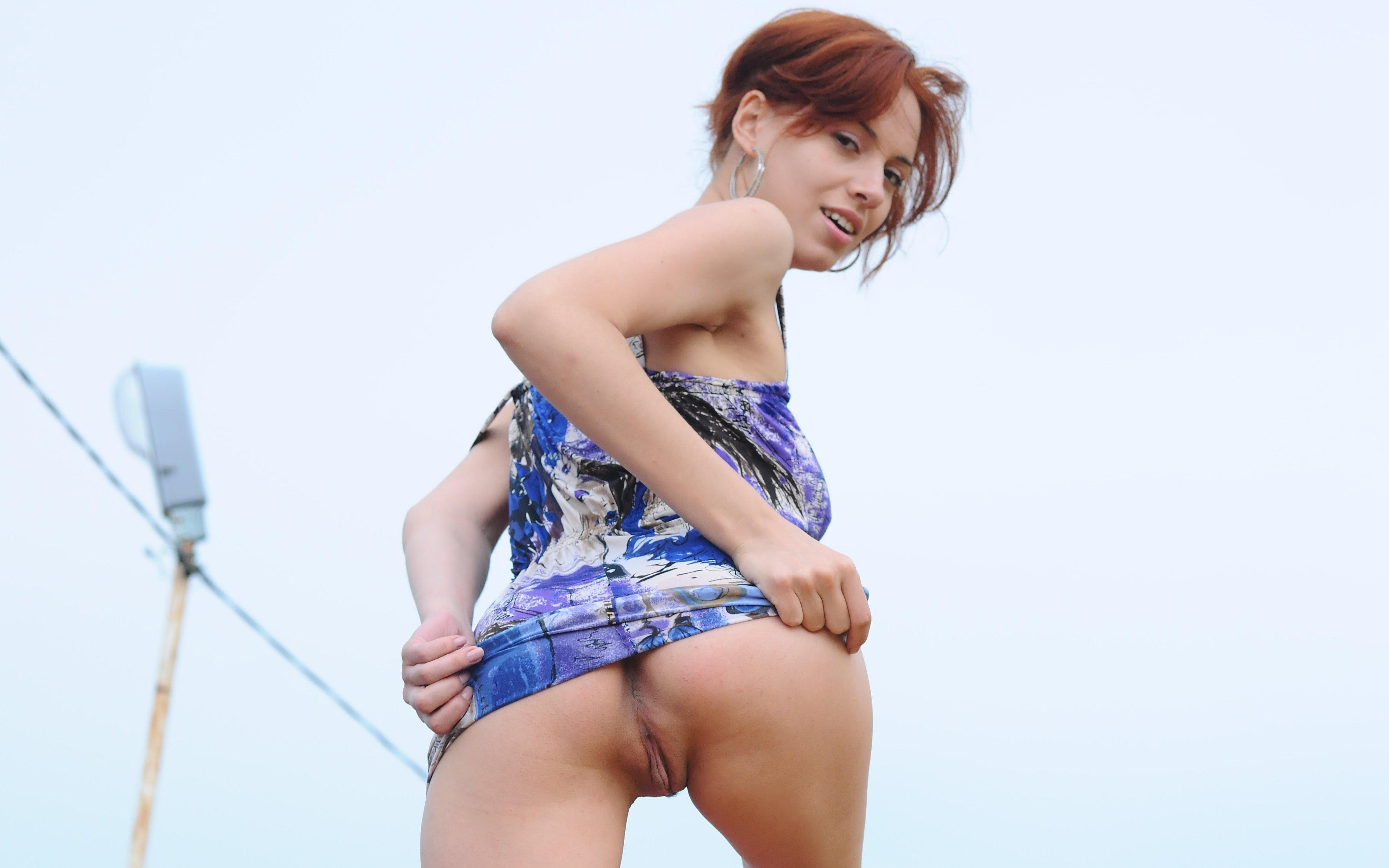 erotika-zadrala-yubku