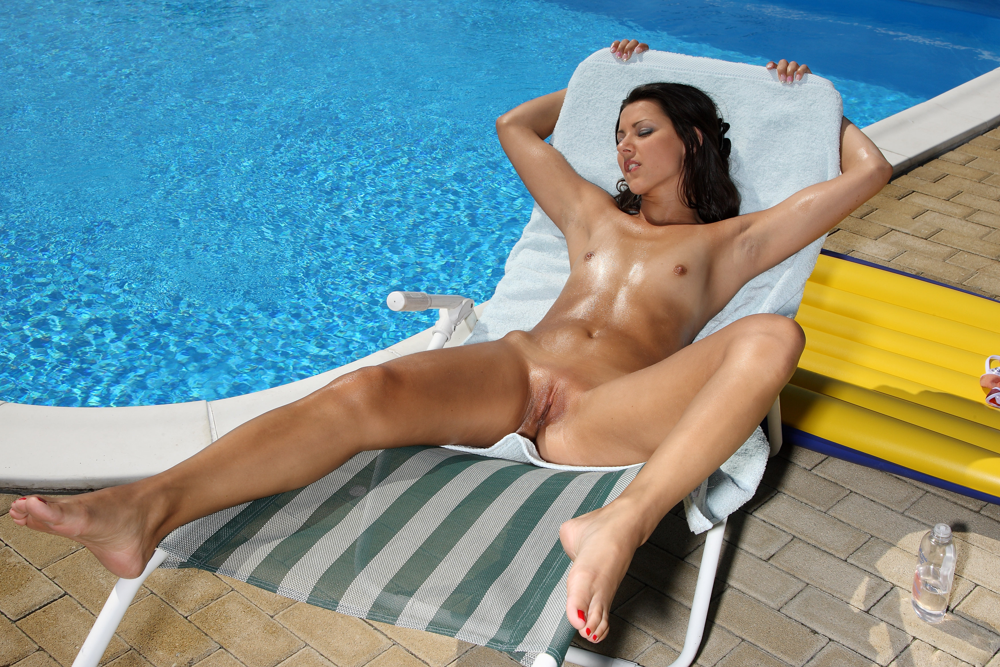 girls nude at swimming baths
