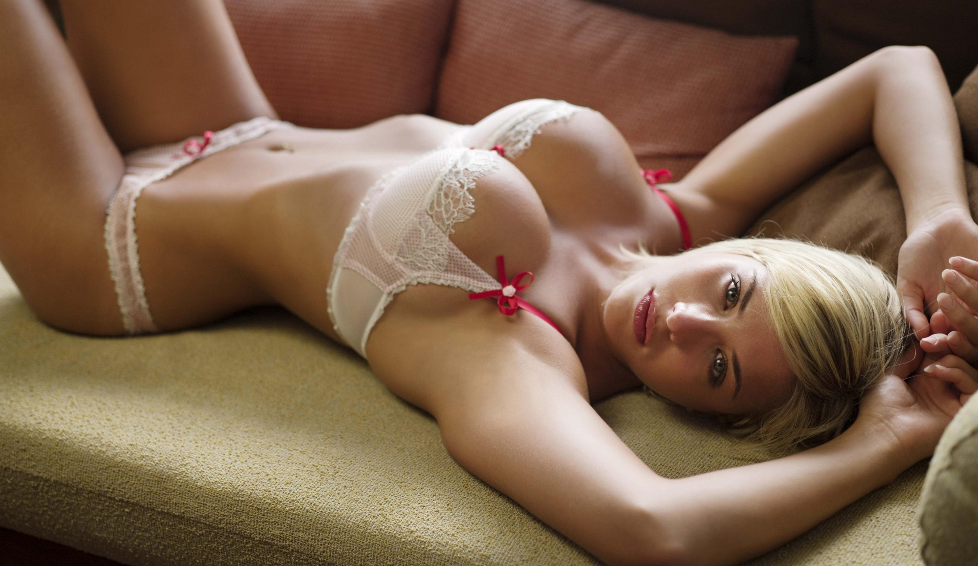 Cute blonde chick Dakota James removes shorts and lingerie to pose nude № 639460 бесплатно