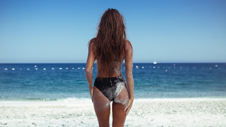 Худенькая девка с офигительным телом позирует на фоне моря  47473