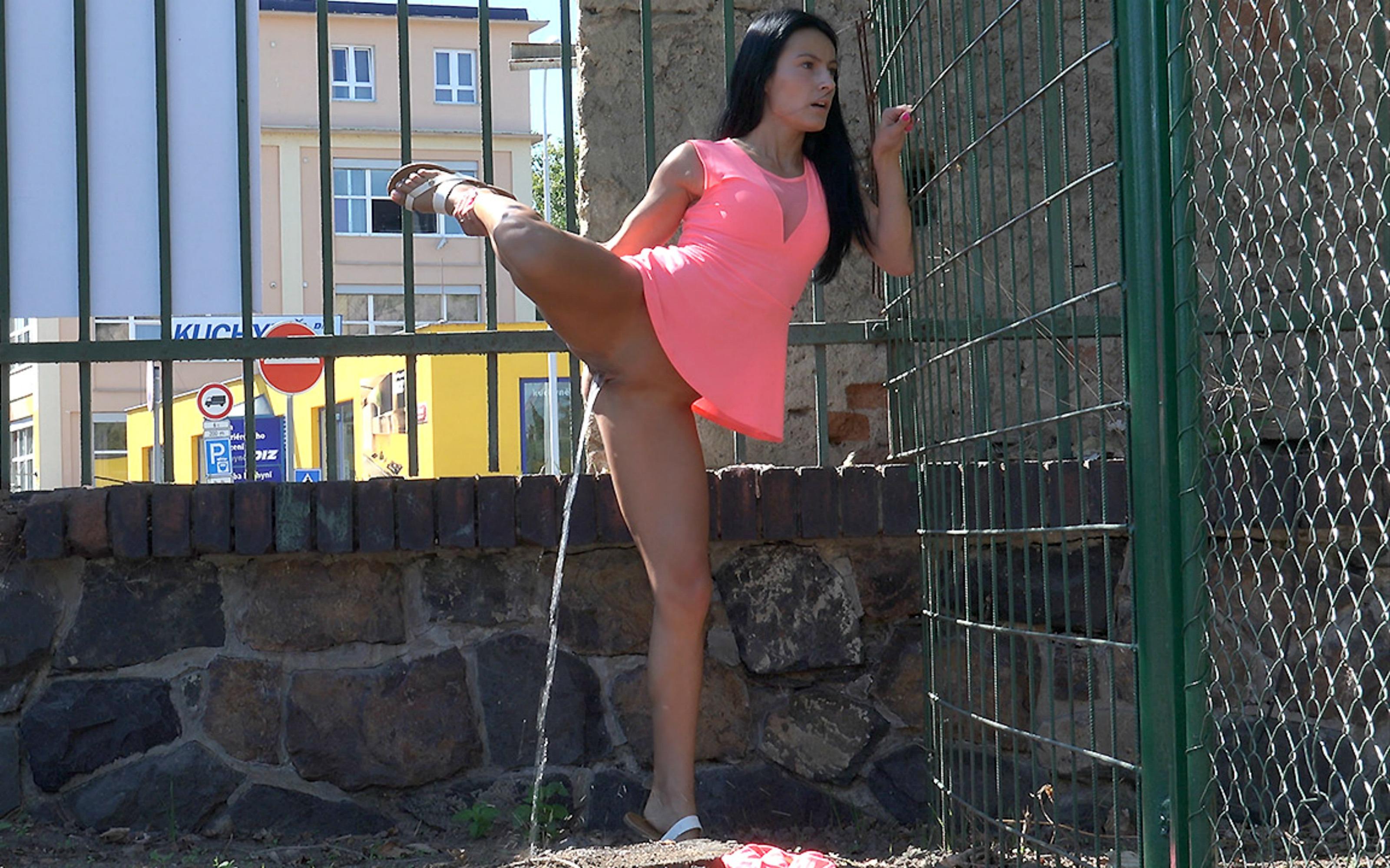 Peeing bottomless female