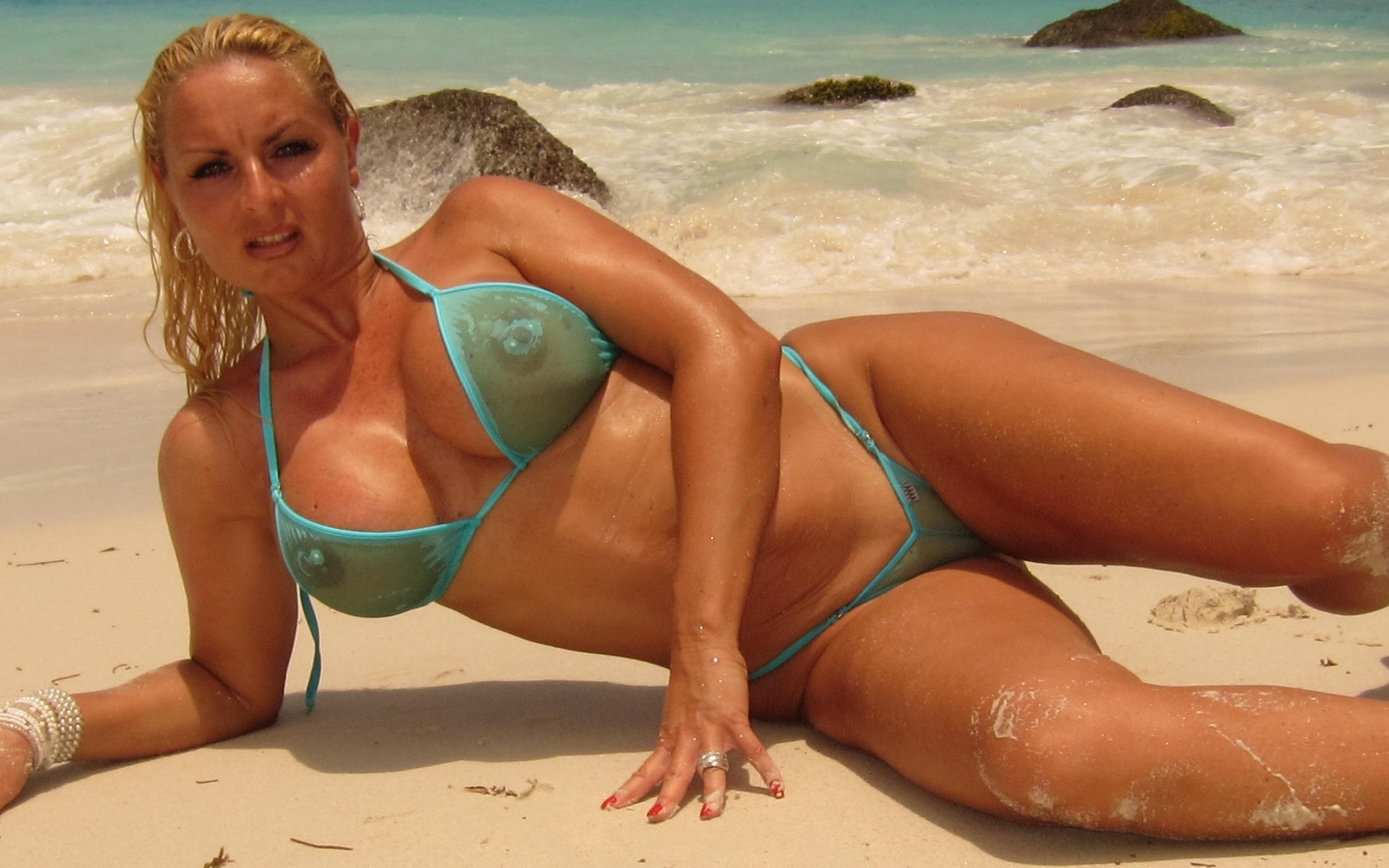 Milf bikini model